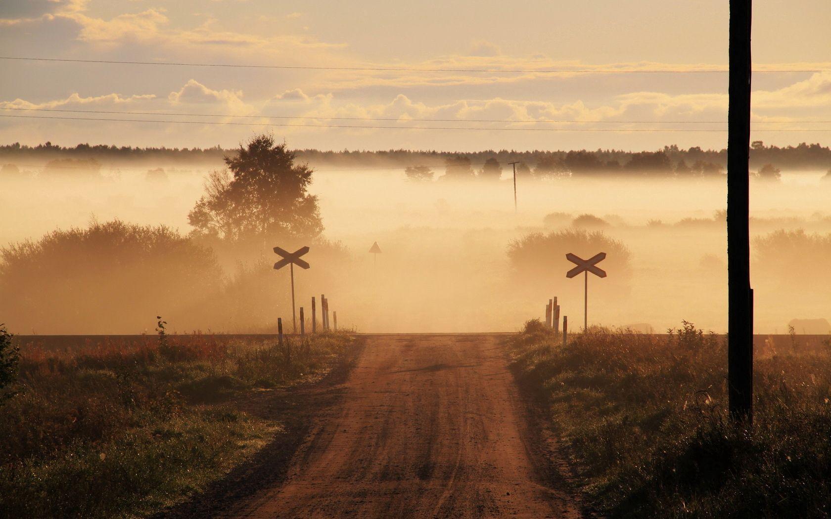63775 скачать обои Природа, Знаки, Дорога, Туман, Переезд - заставки и картинки бесплатно
