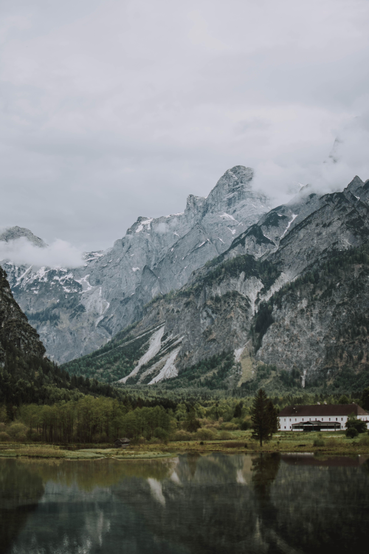152182 скачать обои Природа, Скалы, Озеро, Туман, Здание, Горы - заставки и картинки бесплатно