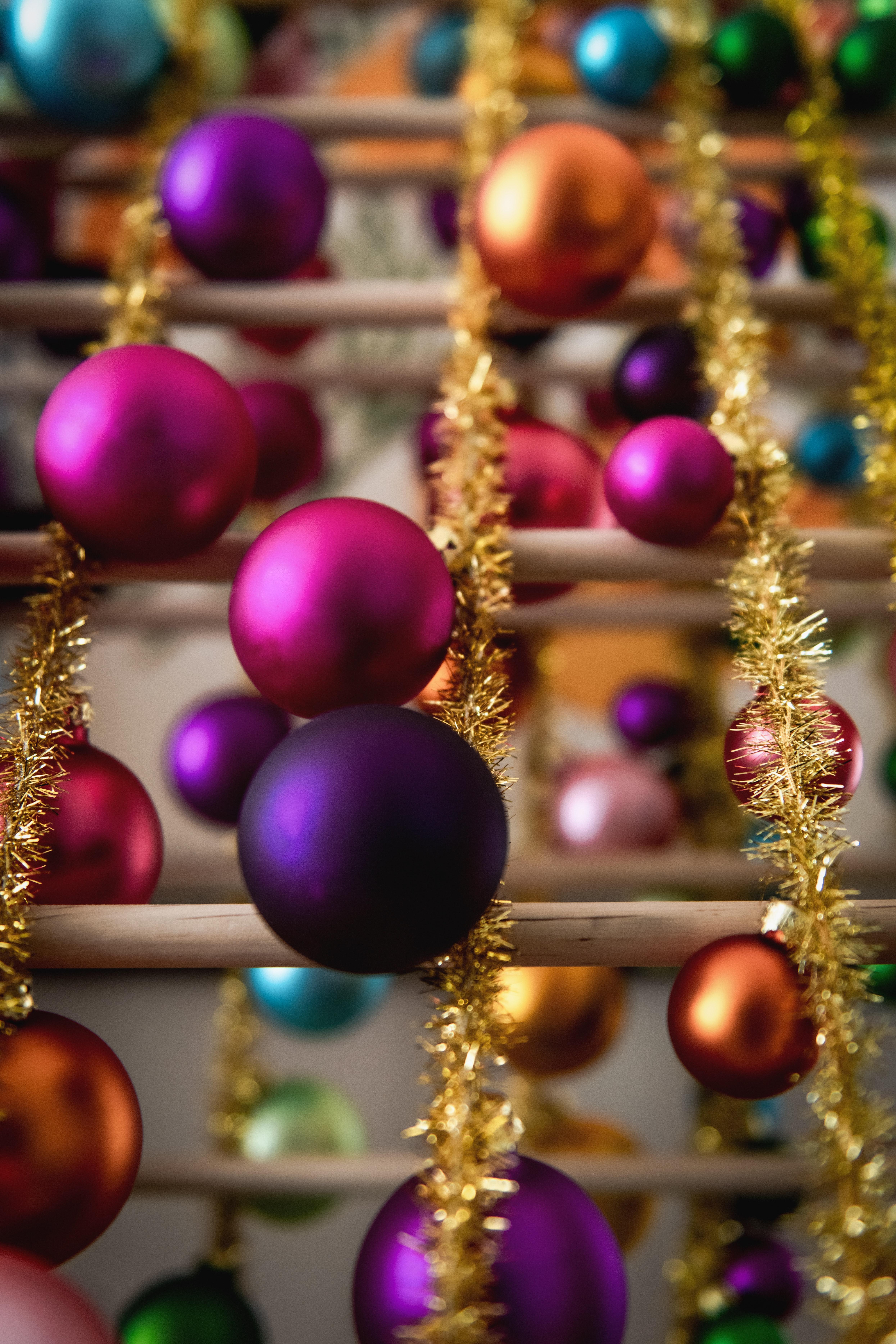 72874 скачать обои Новый Год, Праздники, Украшения, Разноцветный, Рождество, Мишура, Шары - заставки и картинки бесплатно