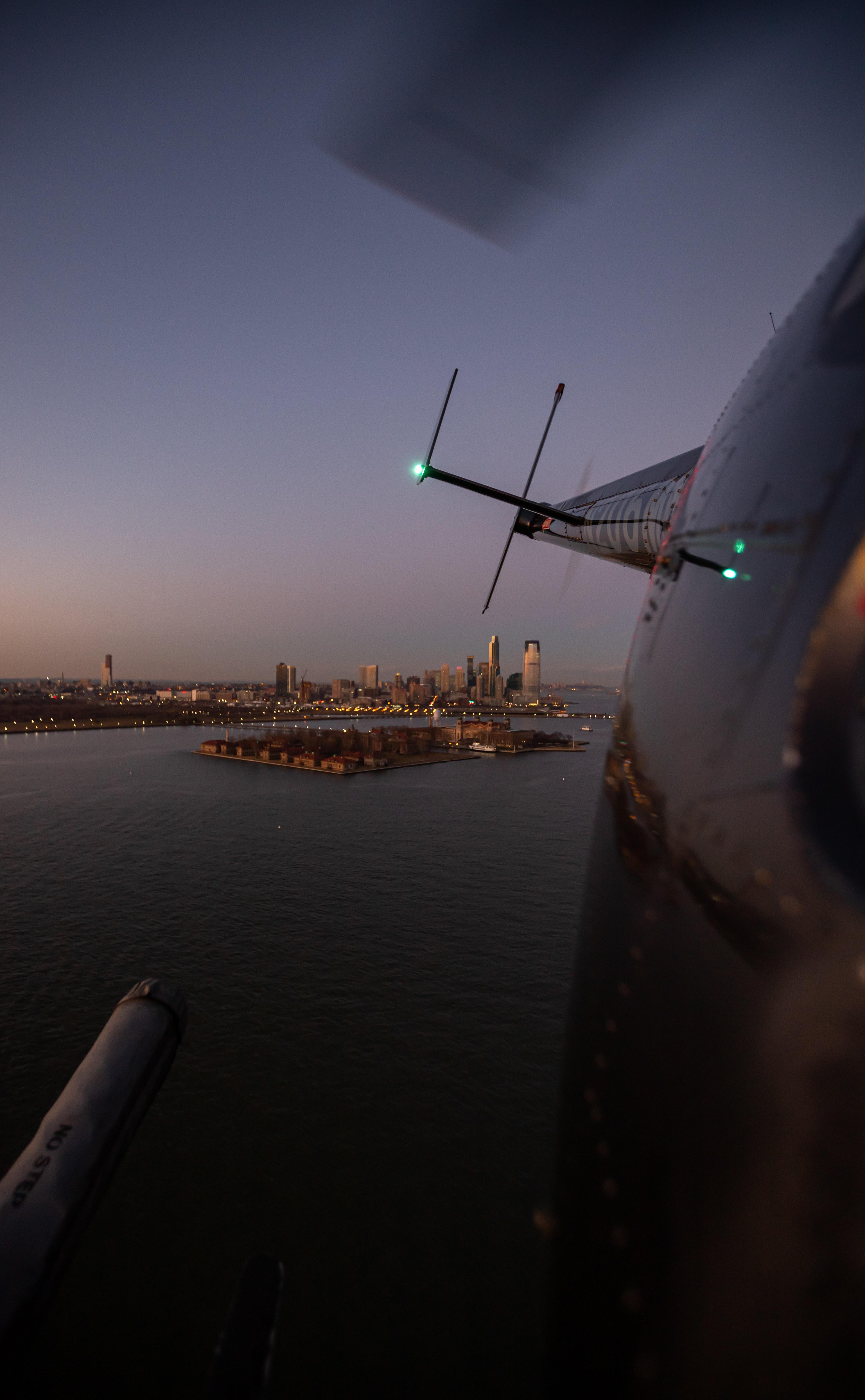151248 Hintergrundbild herunterladen Hubschrauber, Stadt, Gebäude, Blick Von Oben, Verschiedenes, Sonstige, Die Insel, Insel - Bildschirmschoner und Bilder kostenlos