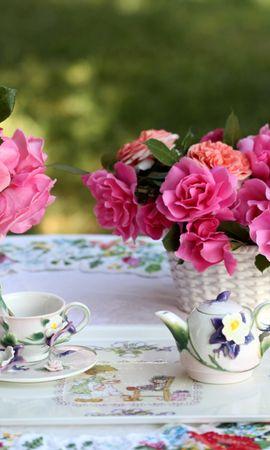 115929 télécharger le fond d'écran Fleurs, Vase, Panier, Tableau, Table, Un Service, Service, Nappe De Table, Nappe, Boire Du Thé, Thé, Roses, Bouquets - économiseurs d'écran et images gratuitement