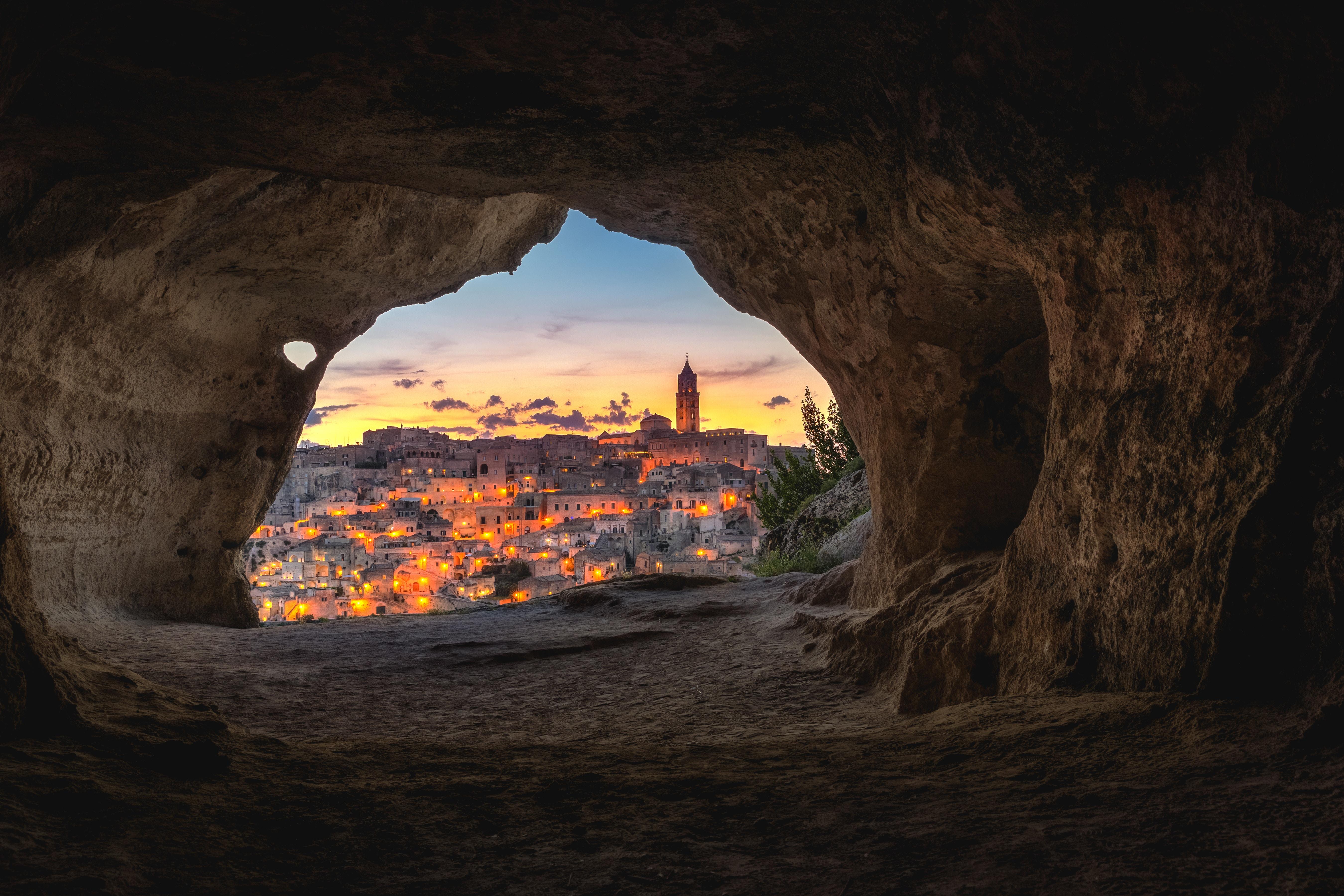 124206 скачать обои Италия, Ночной Город, Города, Здания, Вид, Пещера - заставки и картинки бесплатно