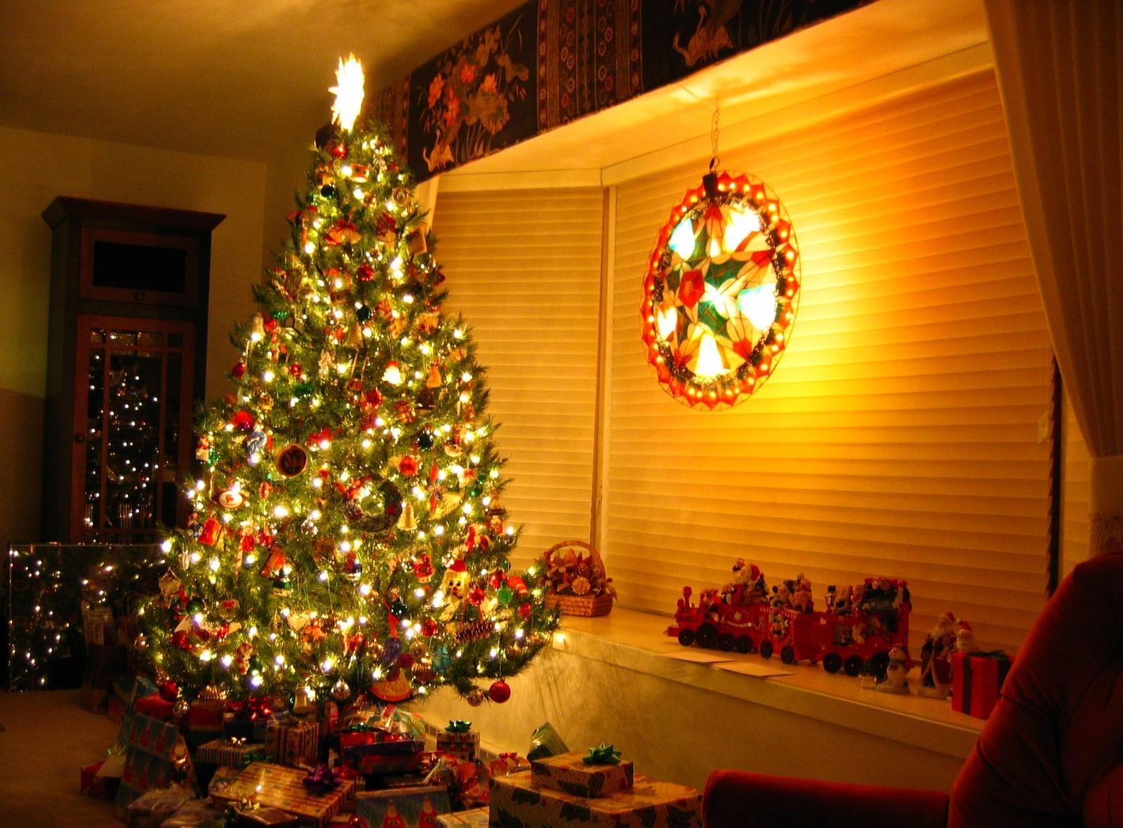 126437 Hintergrundbild herunterladen Feiertage, Neujahr, Dekoration, Spielzeug, Weihnachten, Neues Jahr, Urlaub, Haus, Weihnachtsbaum, Garland, Girlanden, Die Geschenke, Geschenke - Bildschirmschoner und Bilder kostenlos