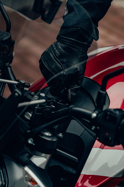 94204 Заставки и Обои Мотоциклы на телефон. Скачать Мотоциклы, Мотоциклист, Мотоцикл, Перчатка, Ключ картинки бесплатно