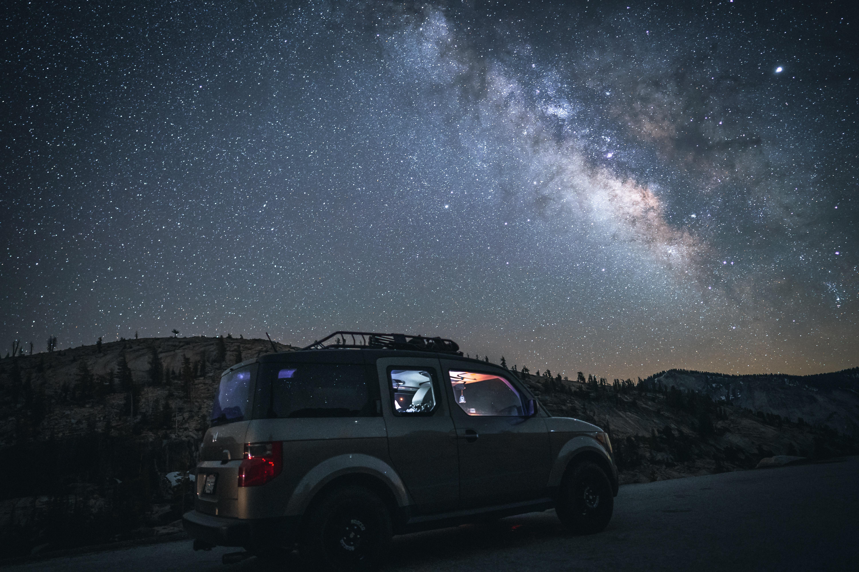 99388 скачать обои Внедорожник, Горы, Ночь, Тачки (Cars), Звездное Небо, Машина - заставки и картинки бесплатно