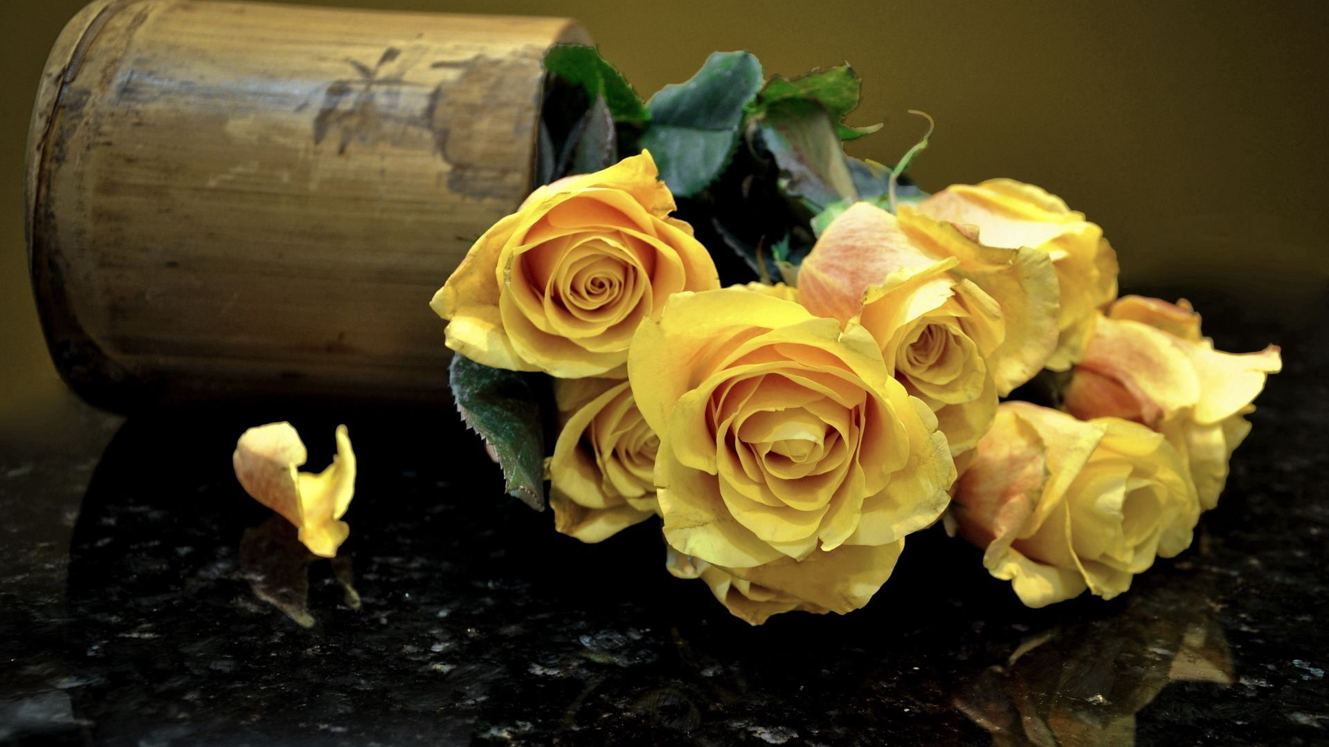53189 скачать обои Цветы, Букет, Кружка, Отражение, Розы - заставки и картинки бесплатно