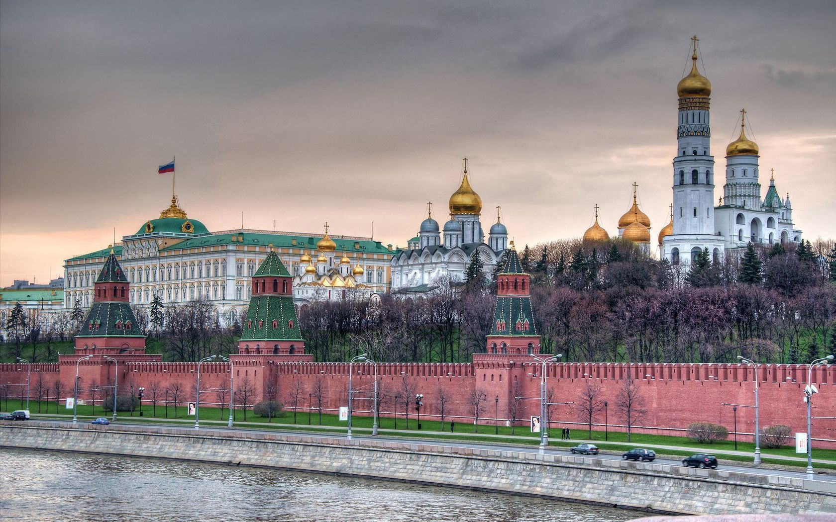 92003 papel de parede 1080x2400 em seu telefone gratuitamente, baixe imagens Cidades, Kremlin, Moscou, Cais, Têmpora, Templo, Igreja, O Dique, Capital, O Muro Do Kremlin, Parede Do Kremlin 1080x2400 em seu celular