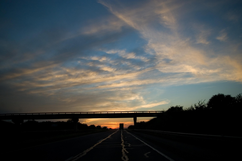 79120 скачать обои Темные, Мост, Дорога, Трасса, Вечер, Транспорт, Облака, Небо - заставки и картинки бесплатно