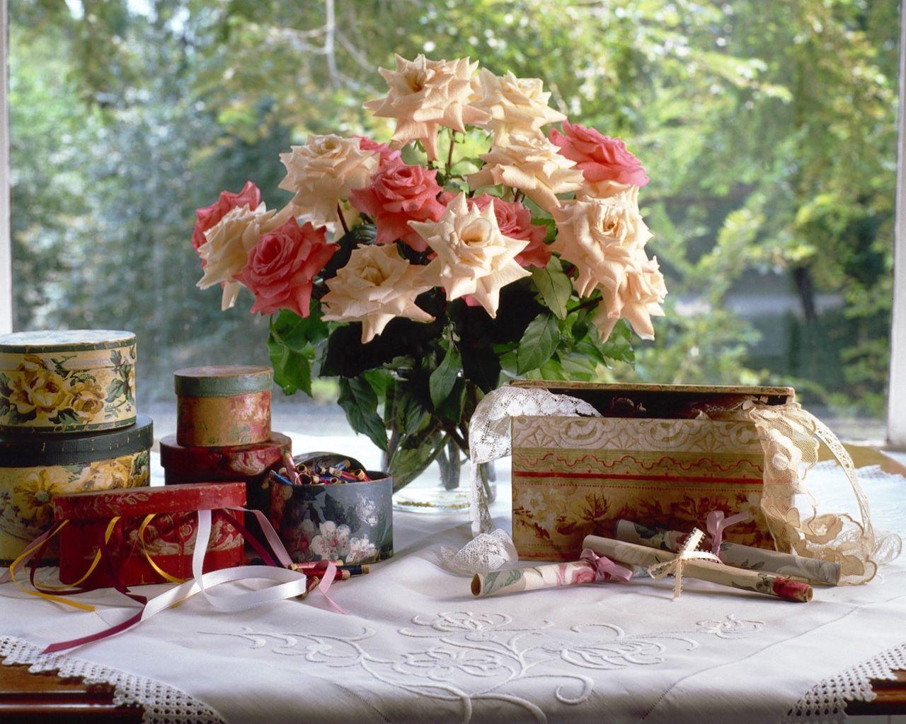 64205 скачать обои Цветы, Букет, Ваза, Окно, Шкатулки, Салфетка, Раритет, Старина, Розы - заставки и картинки бесплатно