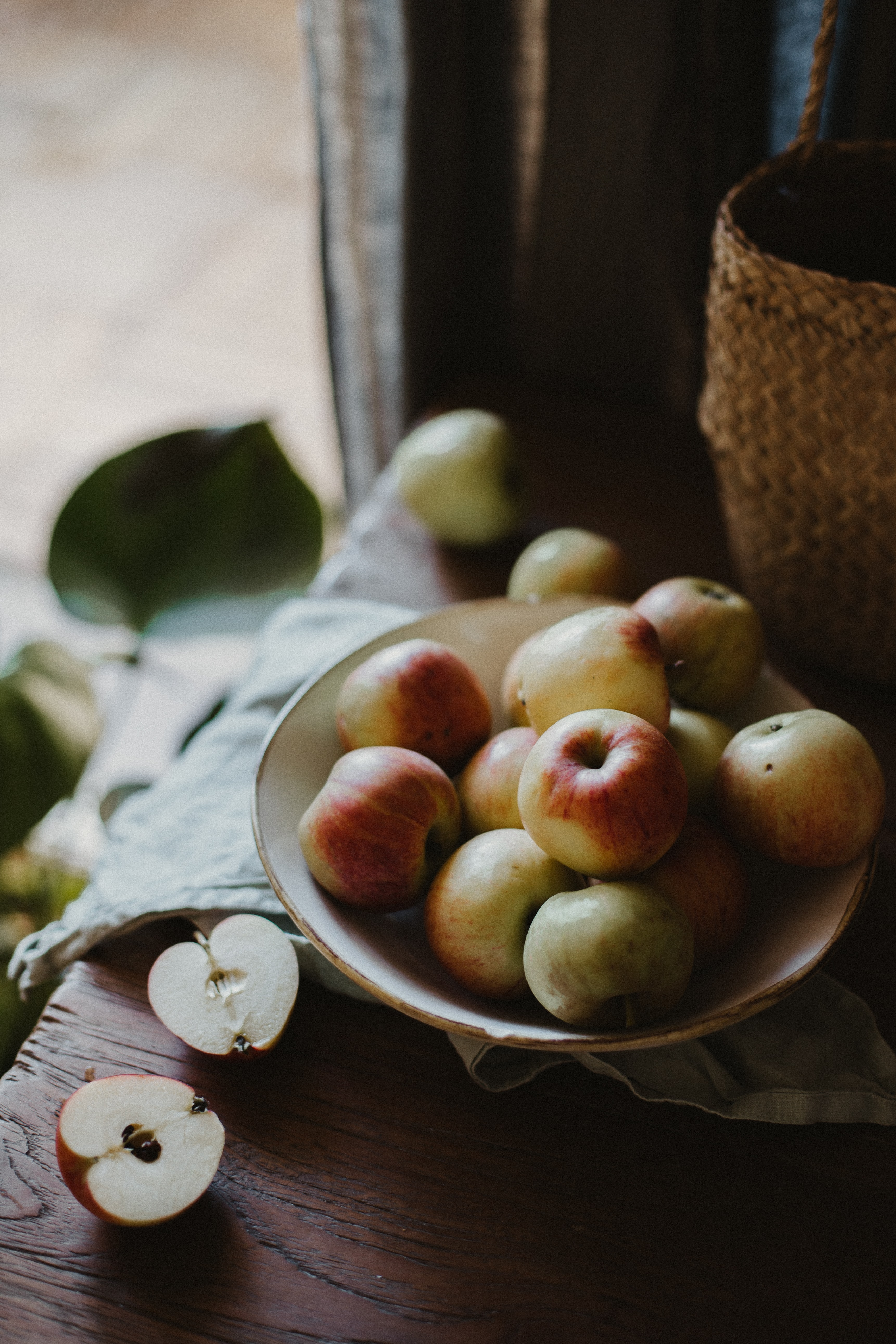 116353 Screensavers and Wallpapers Apple for phone. Download Food, Apple, Plate, Cloth, Table, Fruits, Apples pictures for free