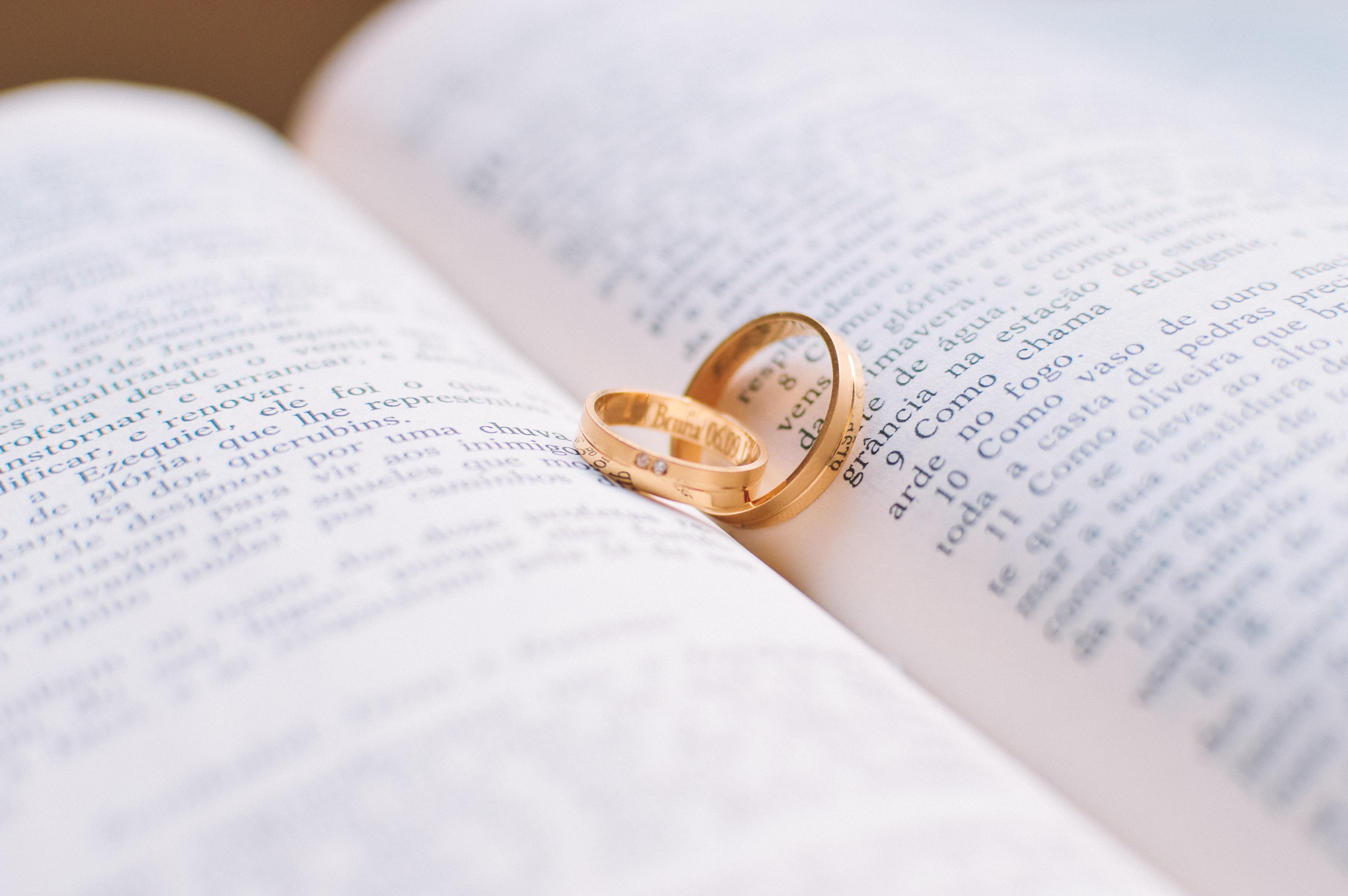110241 скачать обои Свадьба, Кольца, Любовь, Пара, Книга - заставки и картинки бесплатно