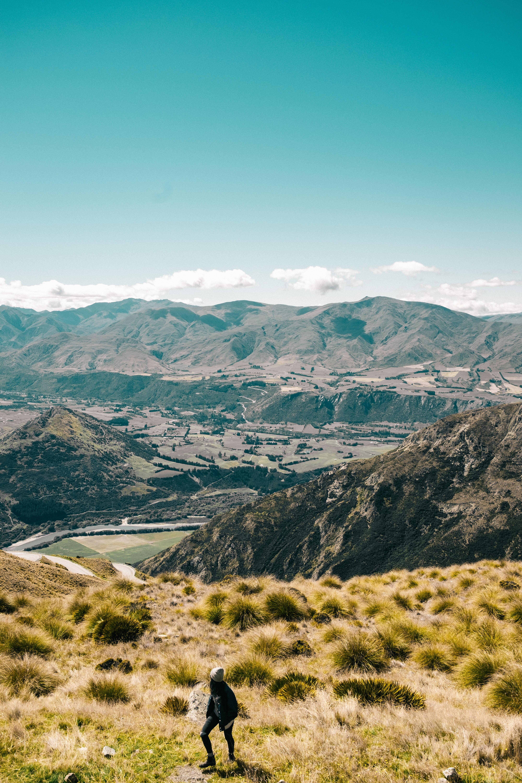 93499 скачать обои Природа, Девушка, Трава, Путешествие, Турист, Куинстаун, Новая Зеландия, Горы - заставки и картинки бесплатно