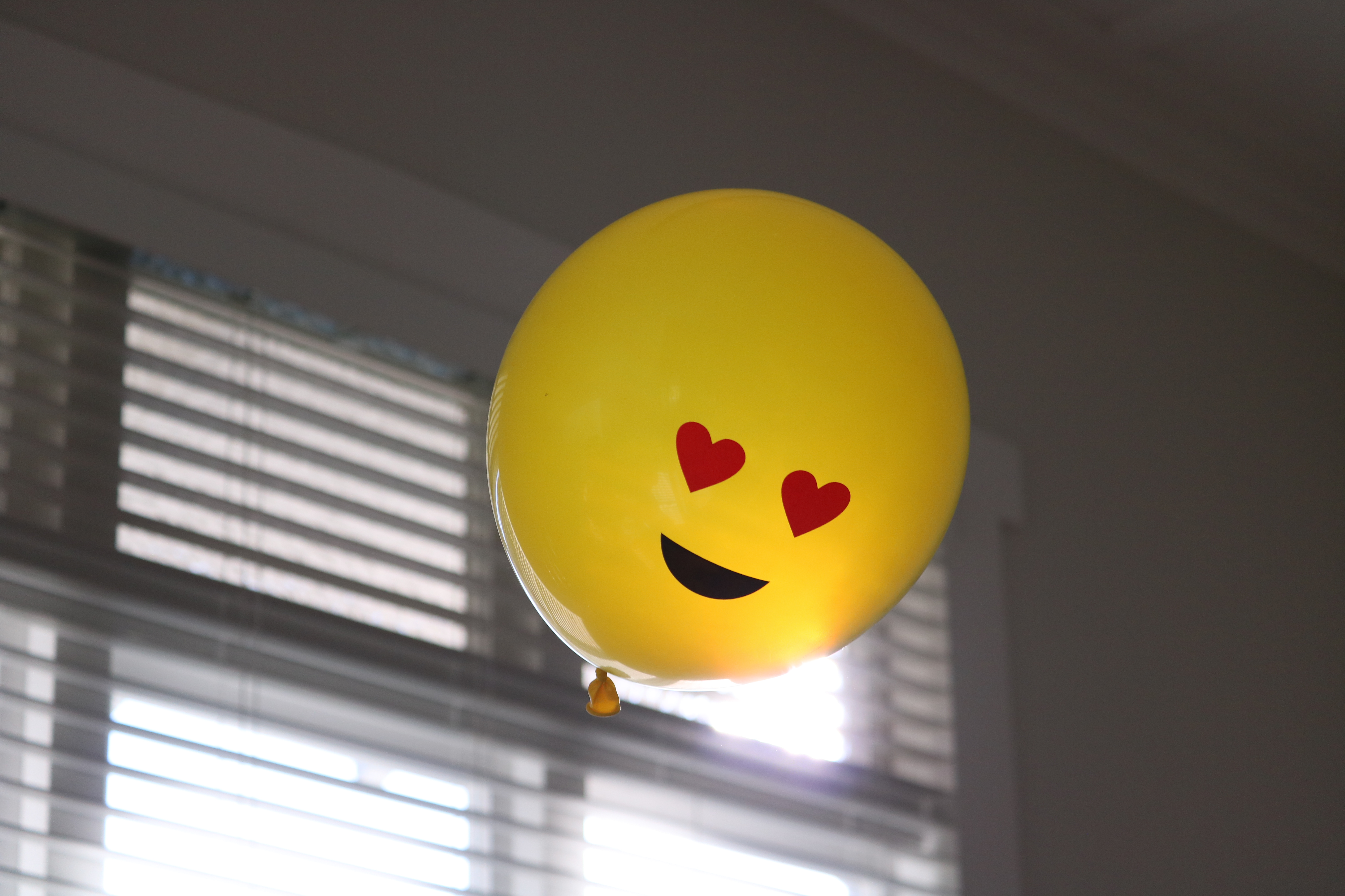 97868 Screensavers and Wallpapers Emoticon for phone. Download Love, Miscellanea, Miscellaneous, Balloon, Smile, Emoticon, Smiley, Happiness pictures for free