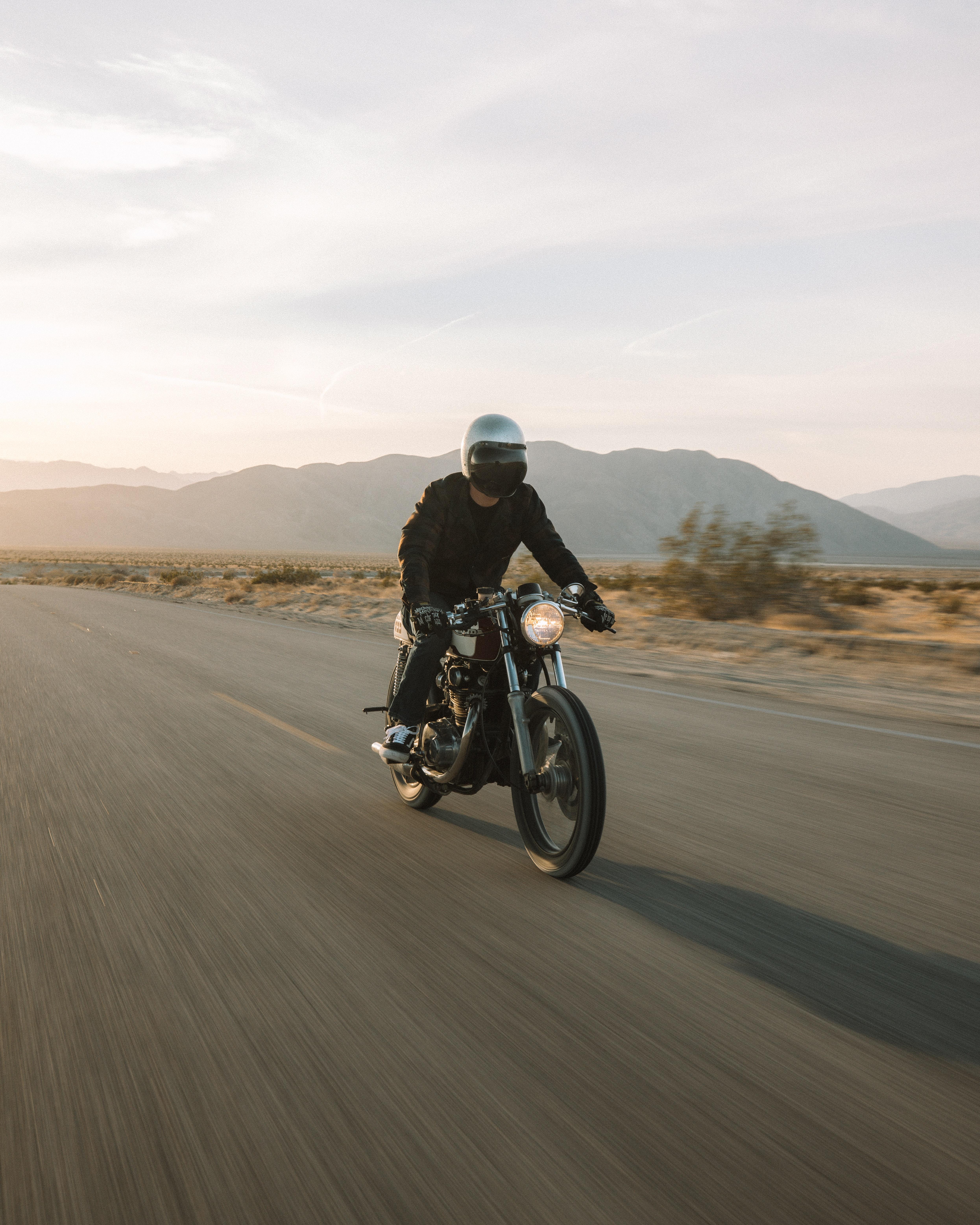 132878 fondo de pantalla 1920x1080 en tu teléfono gratis, descarga imágenes Motocicletas, Motocicleta, Bicicleta, El Negro, Motociclista, Velocidad, Camino 1920x1080 en tu móvil