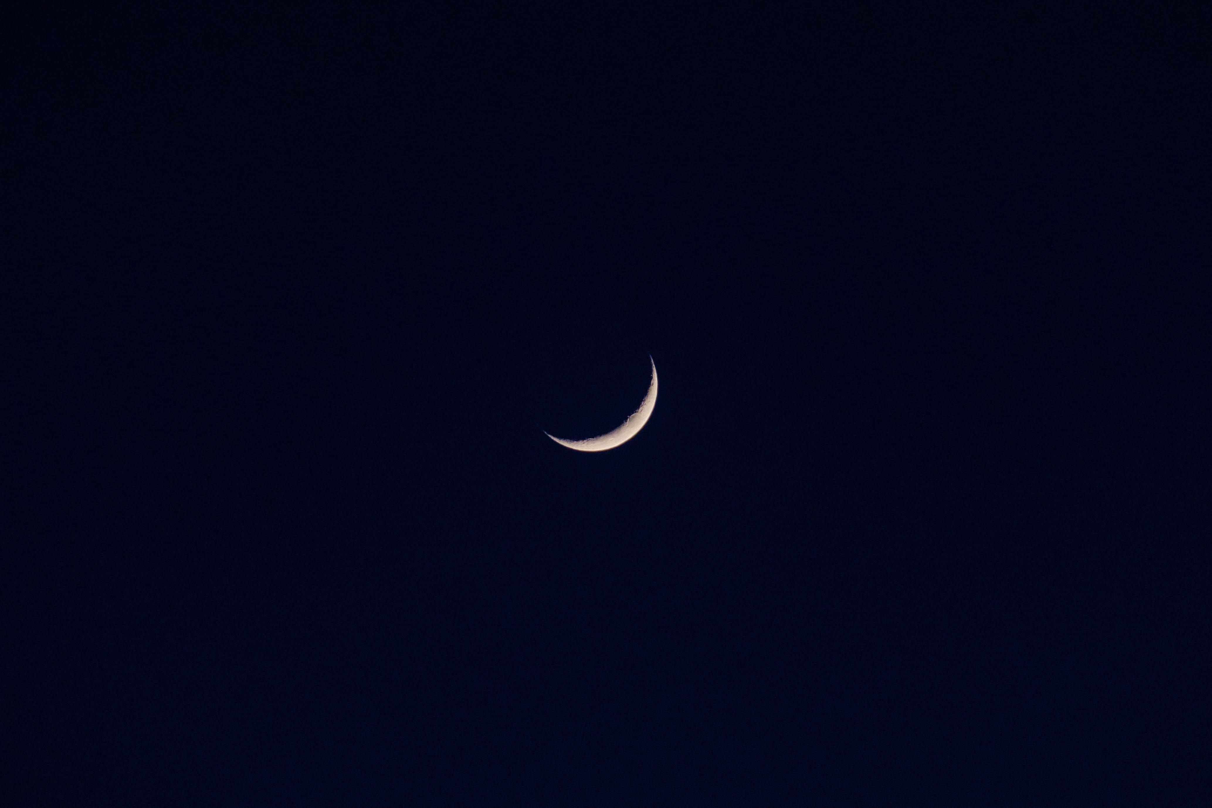 111220 скачать обои Луна, Небо, Ночь, Черный, Минимализм, Темнота - заставки и картинки бесплатно