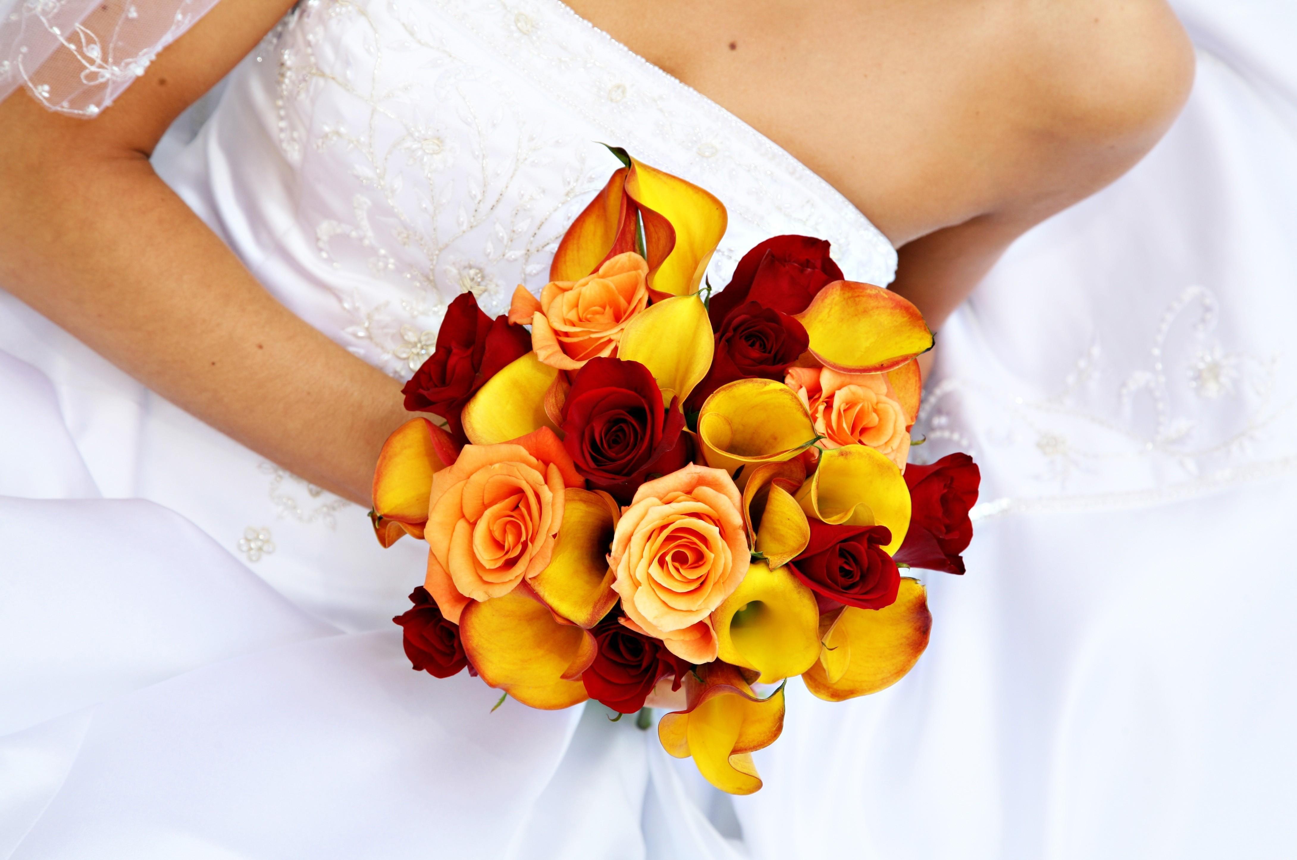 149782 скачать обои Цветы, Каллы, Свадебный Букет, Невеста, Платье, Розы - заставки и картинки бесплатно