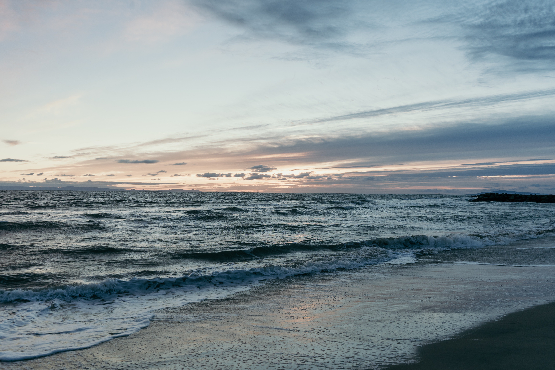 141855 Salvapantallas y fondos de pantalla Mar en tu teléfono. Descarga imágenes de Naturaleza, Playa, Mar, Horizonte, Oscuridad, Crepúsculo, Ondas gratis