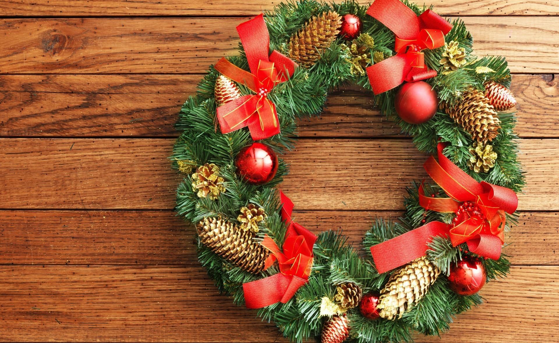 107896 скачать обои Праздники, Новый Год, Рождество, Венок, Хвоя, Шишки, Колокольчики, Банты - заставки и картинки бесплатно