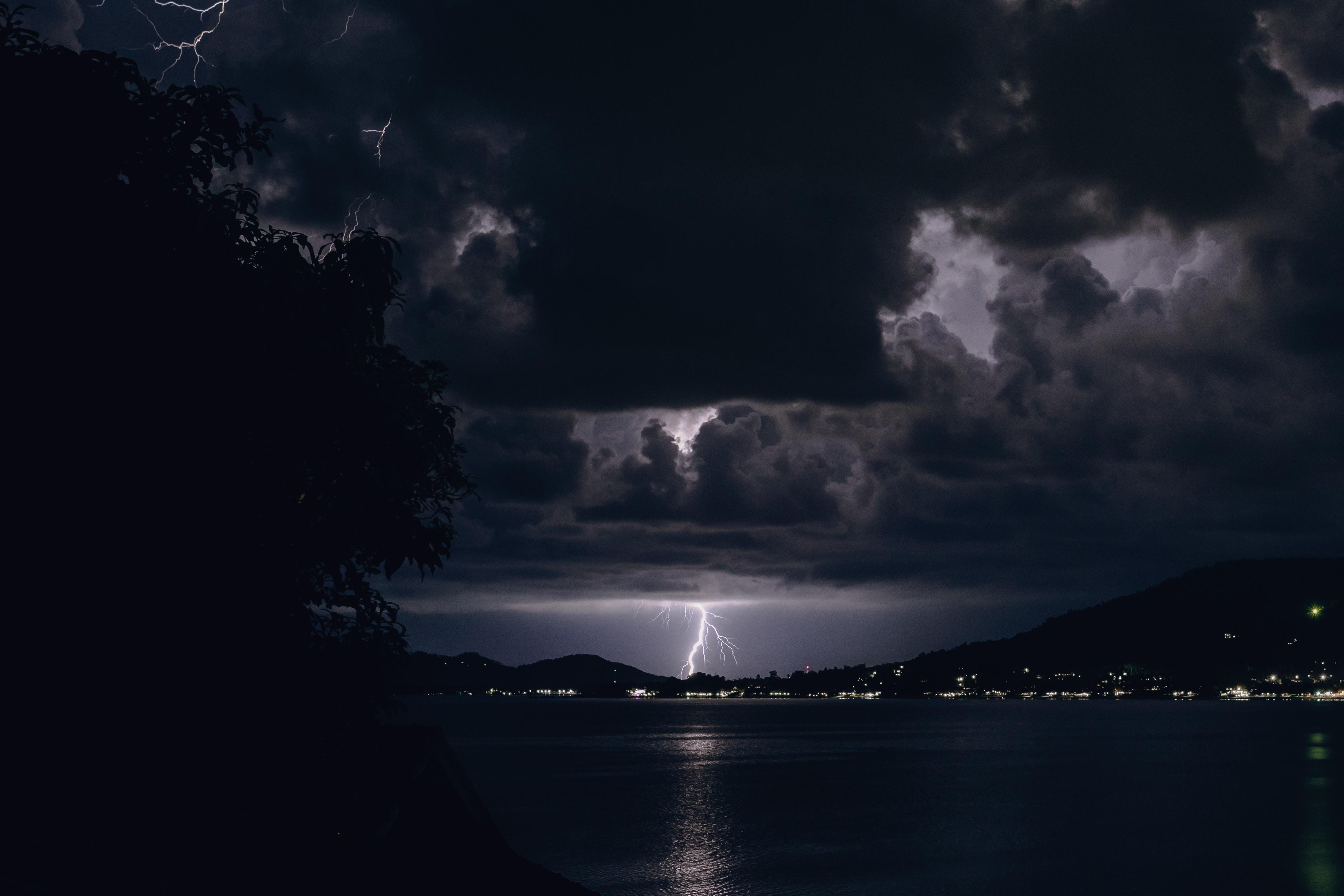 55510 Заставки и Обои Молния на телефон. Скачать Темные, Молния, Река, Ночь, Облака, Пасмурно картинки бесплатно
