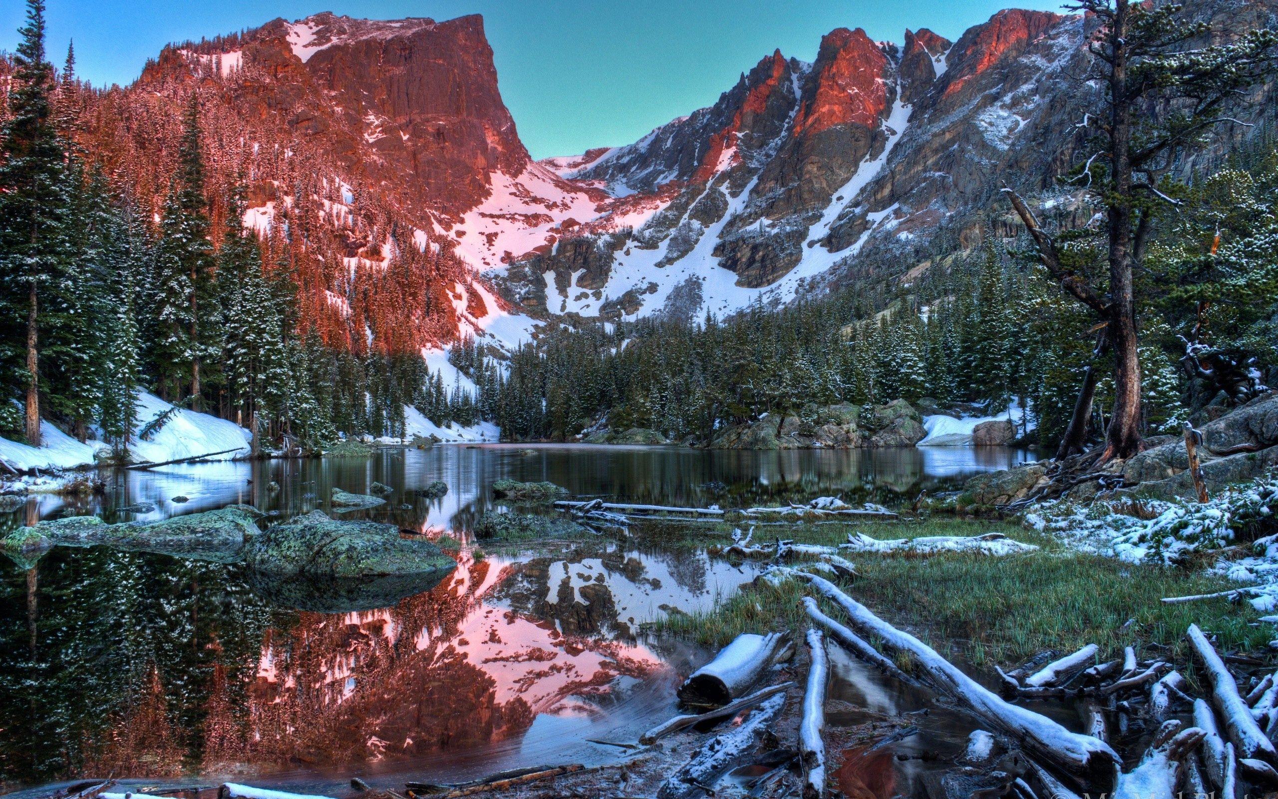 94824 скачать обои Природа, Снег, Трава, Река, Горы - заставки и картинки бесплатно