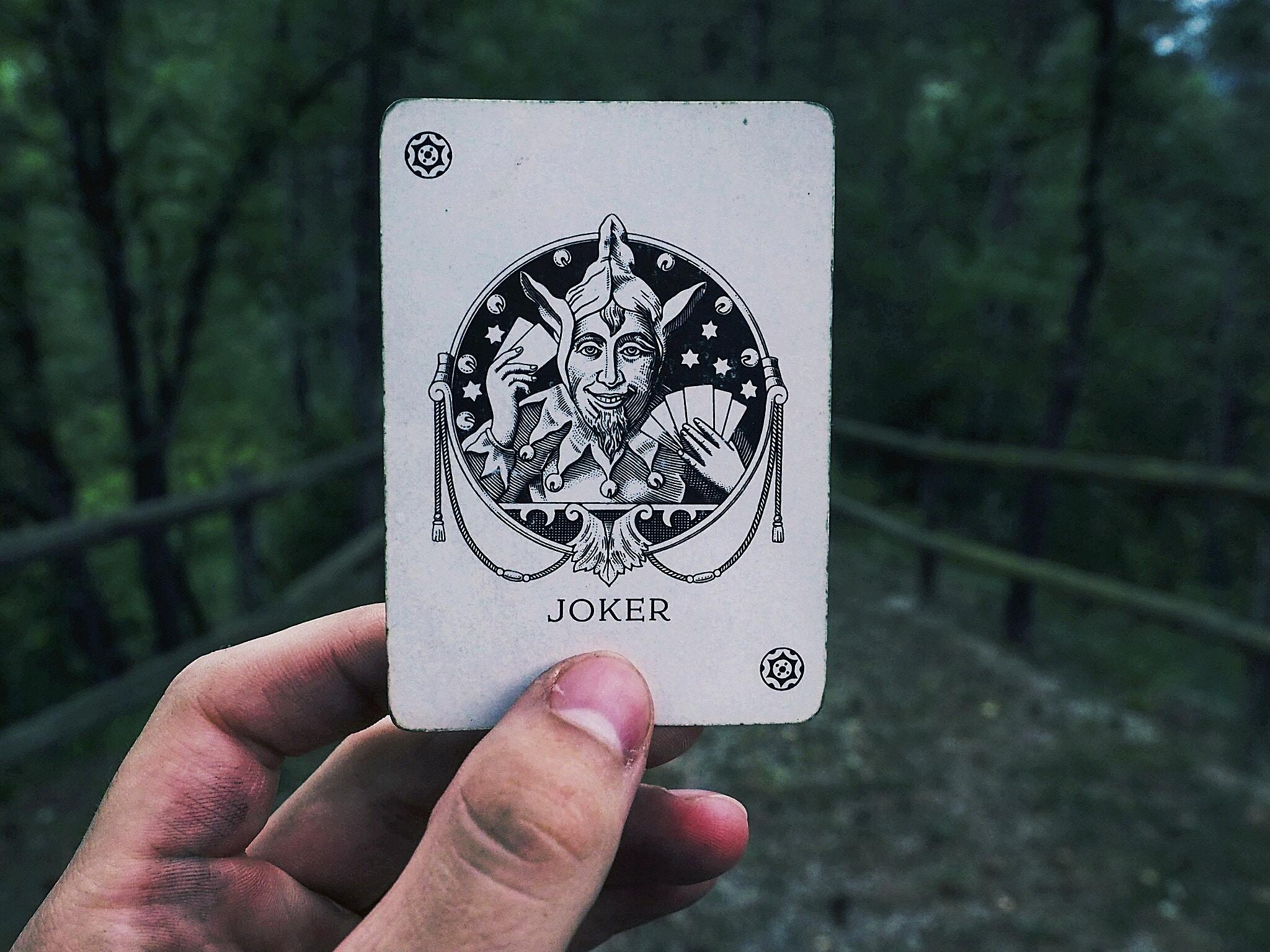139693 Hintergrundbild herunterladen Joker, Hand, Verschiedenes, Sonstige, Karte - Bildschirmschoner und Bilder kostenlos