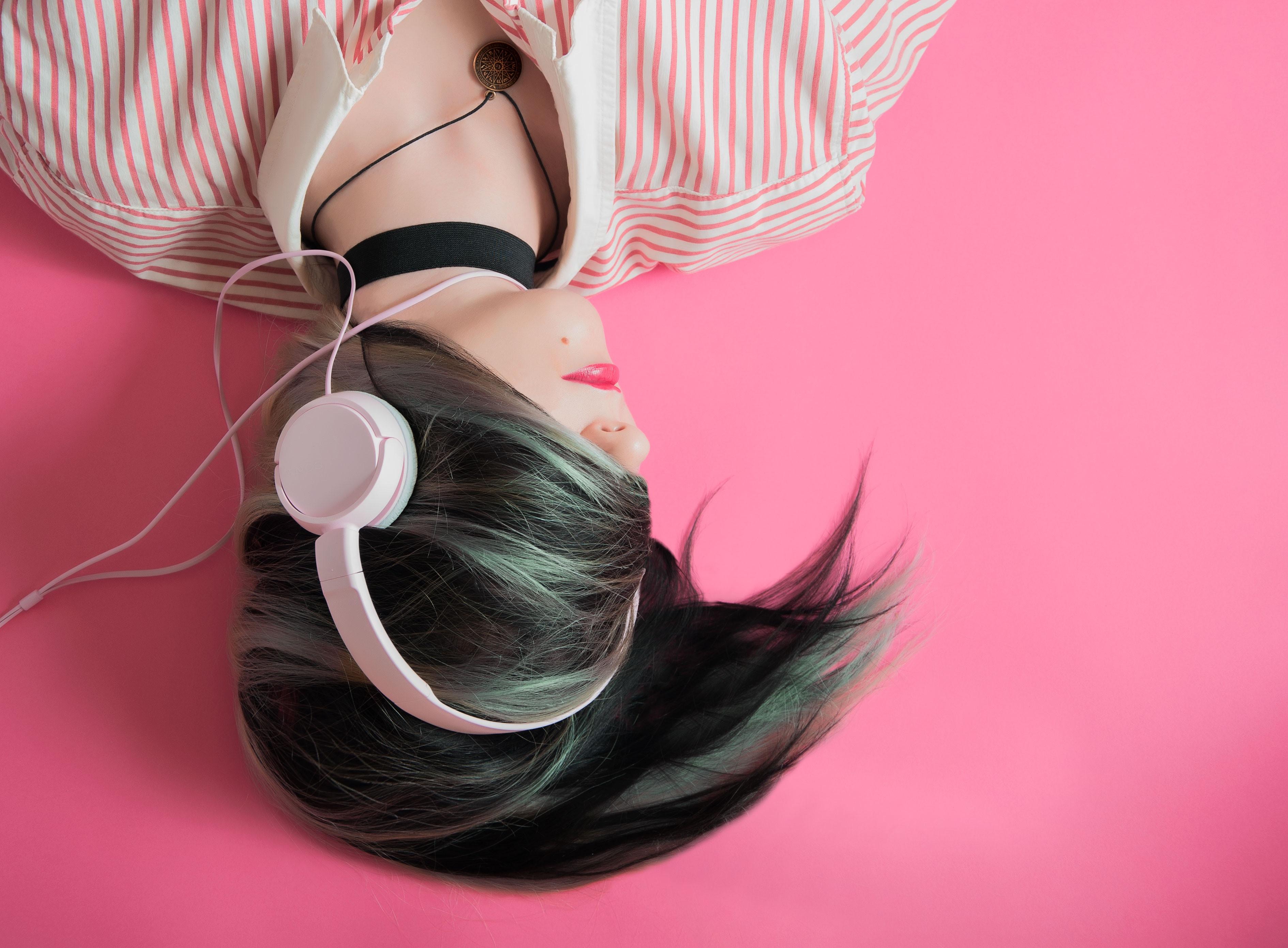 157100 скачать обои Музыка, Наушники, Девушка, Меломан, Розовый, Волосы - заставки и картинки бесплатно