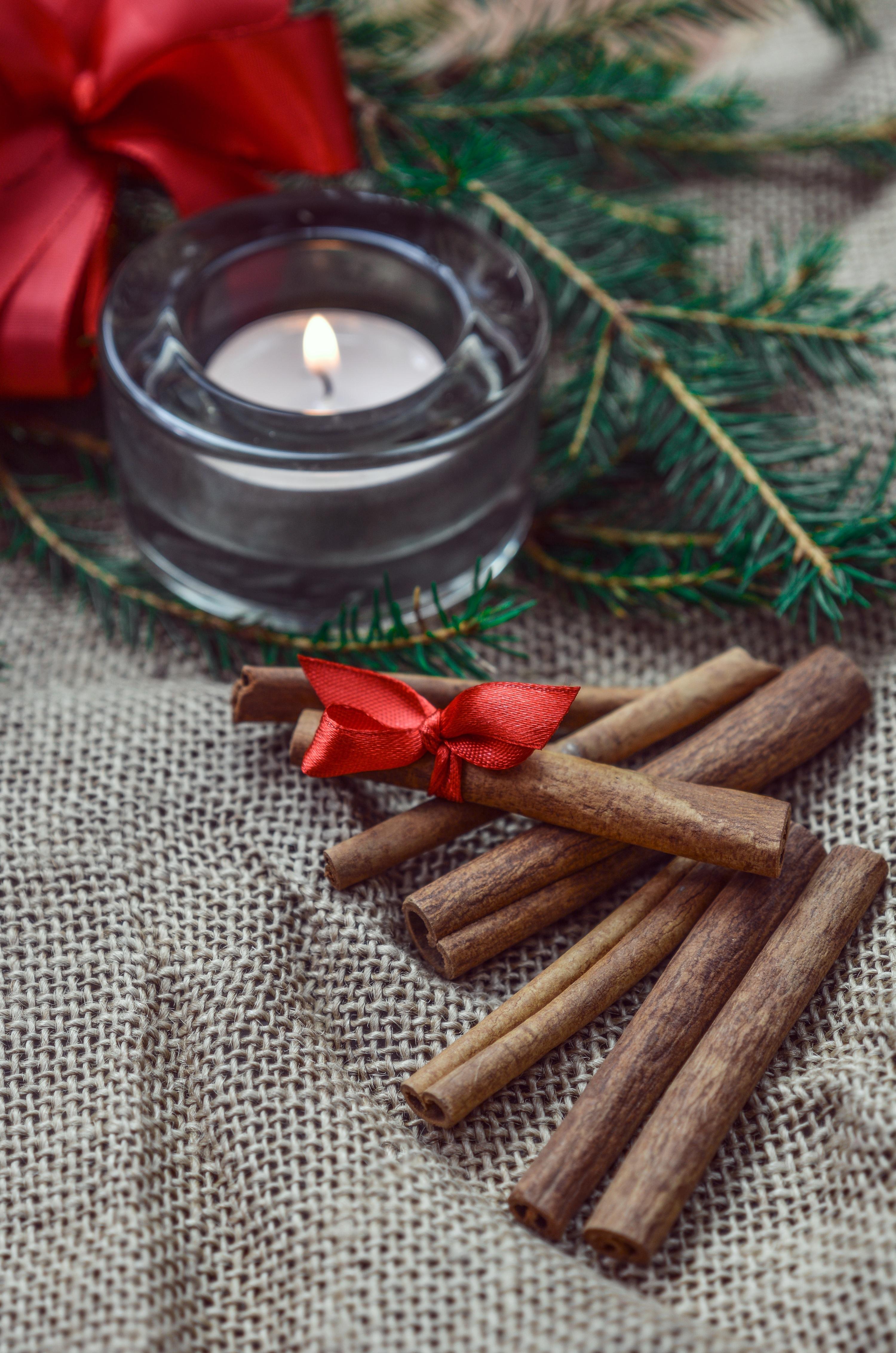 157605 Hintergrundbild herunterladen Feiertage, Neujahr, Weihnachten, Cinnamon, Neues Jahr, Kerze, Stöcke, Sticks - Bildschirmschoner und Bilder kostenlos