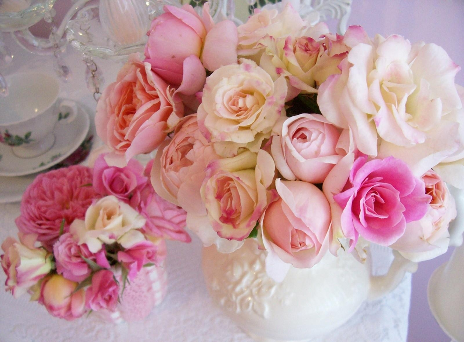 139135 скачать обои Цветы, Ваза, Букет, Стол, Сервировка, Розы - заставки и картинки бесплатно