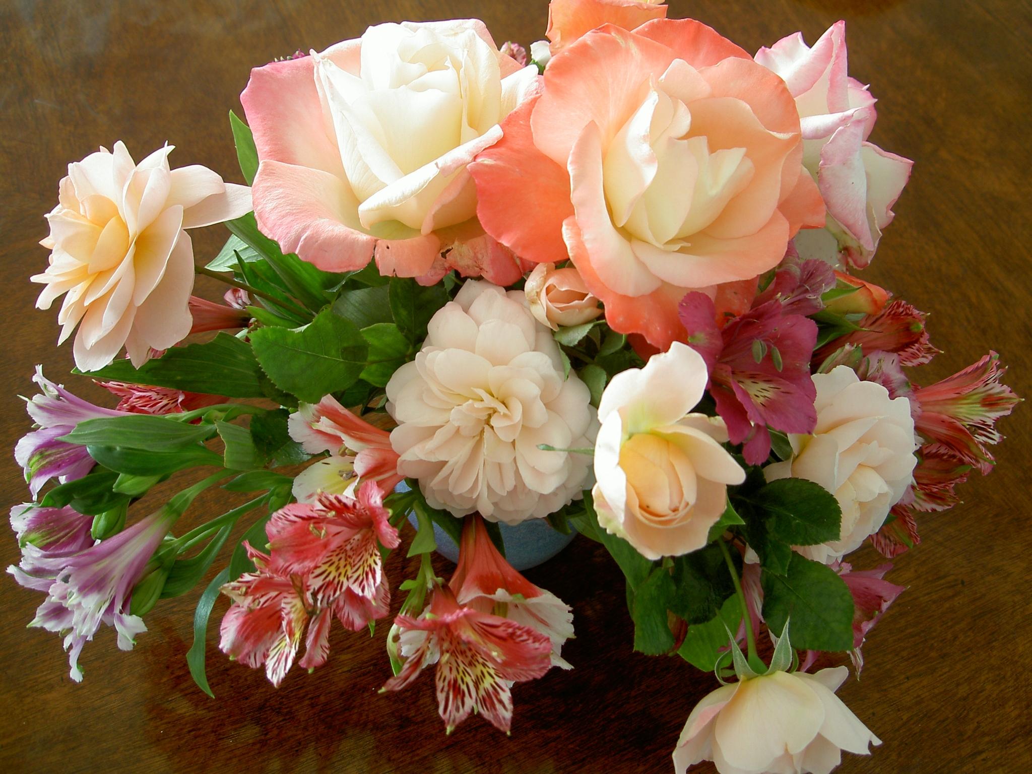66786 скачать обои Цветы, Лилии, Букет, Композиция, Ваза, Розы - заставки и картинки бесплатно