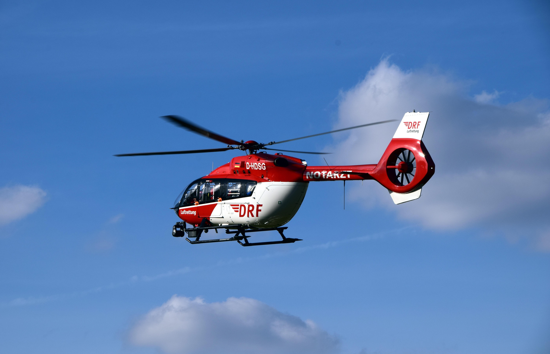 155526 Hintergrundbild herunterladen Hubschrauber, Sky, Verschiedenes, Sonstige, Flug, Rettungswagen, Krankenwagen - Bildschirmschoner und Bilder kostenlos