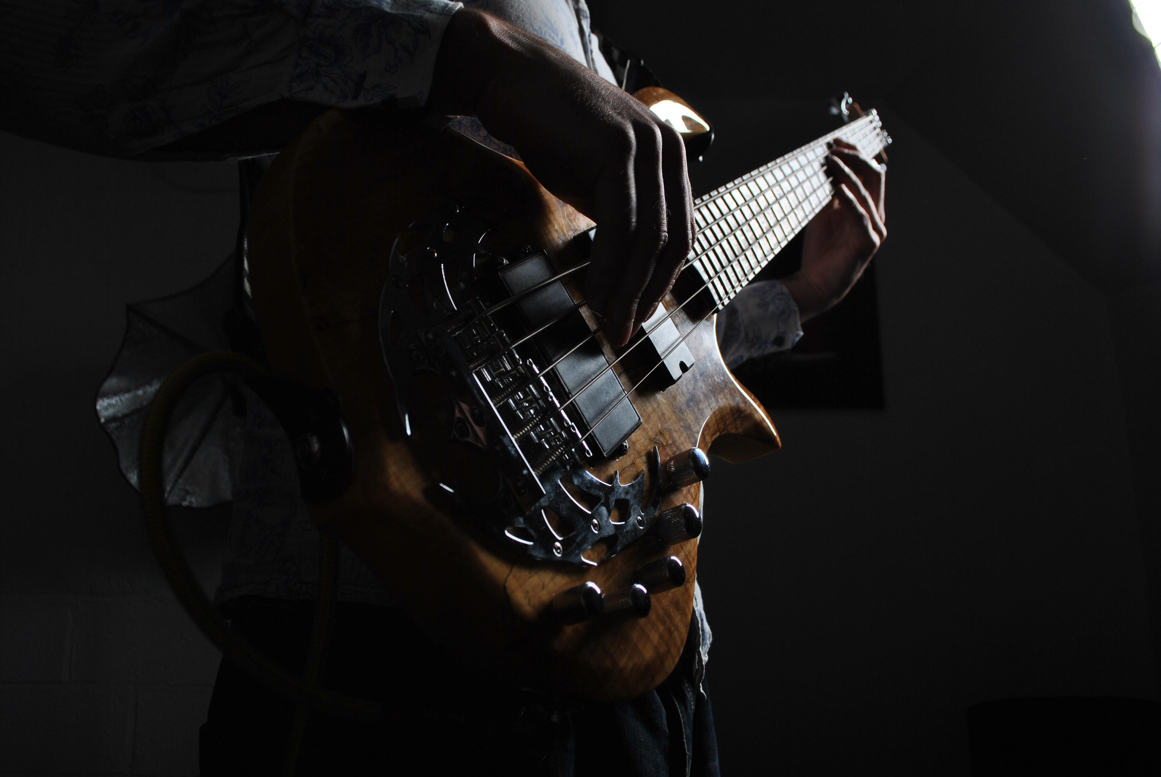 141447 Hintergrundbild herunterladen Musik, Dunkel, Gitarre, Musikinstrument, Gitarrenspieler, Gitarrist, Saiten, Zeichenfolgen, Bassgitarre, Bass - Bildschirmschoner und Bilder kostenlos