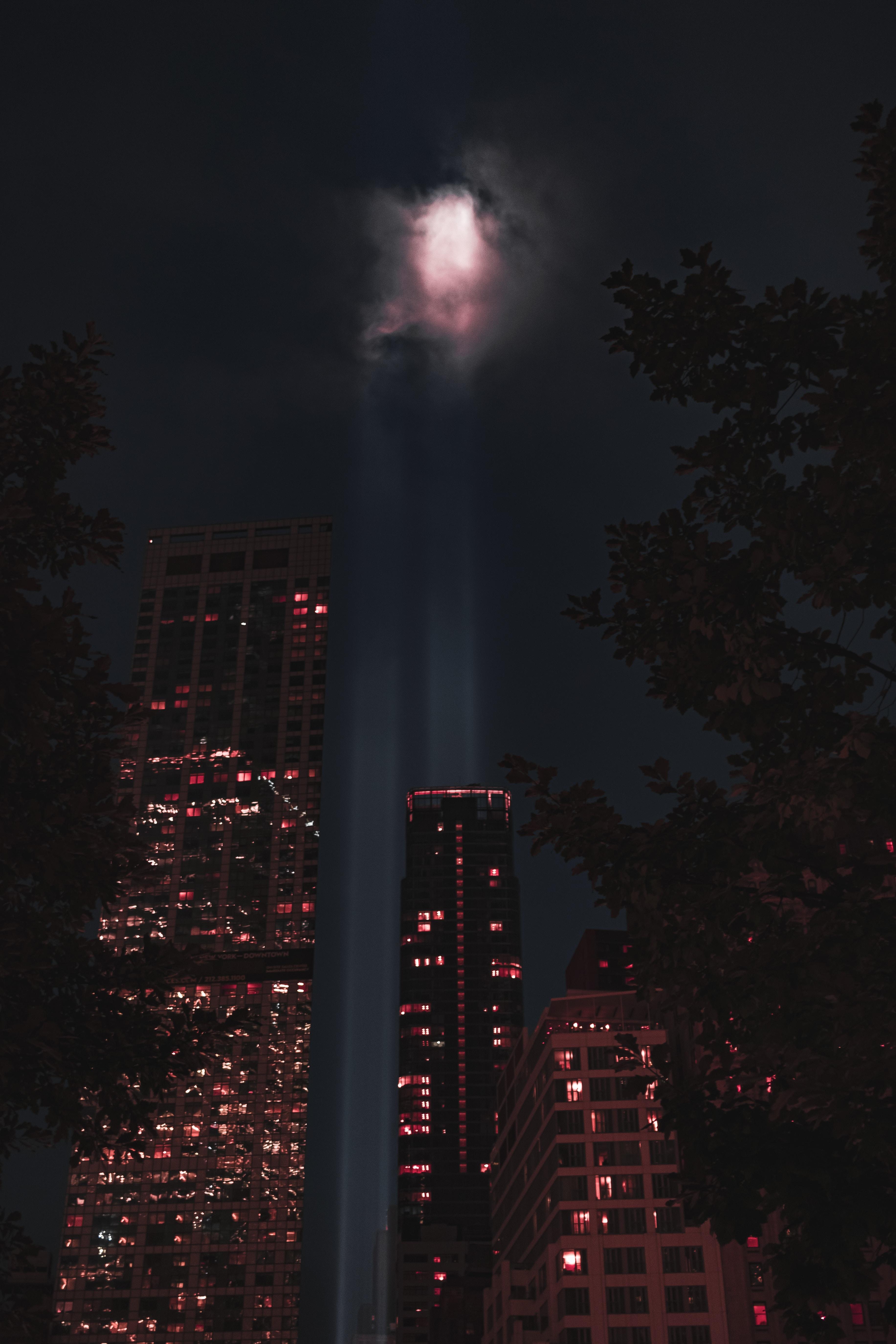 131088壁紙のダウンロード闇, 暗い, 建物, ナイト, ビーム, 光線, 輝く, 光, 市, 都市-スクリーンセーバーと写真を無料で