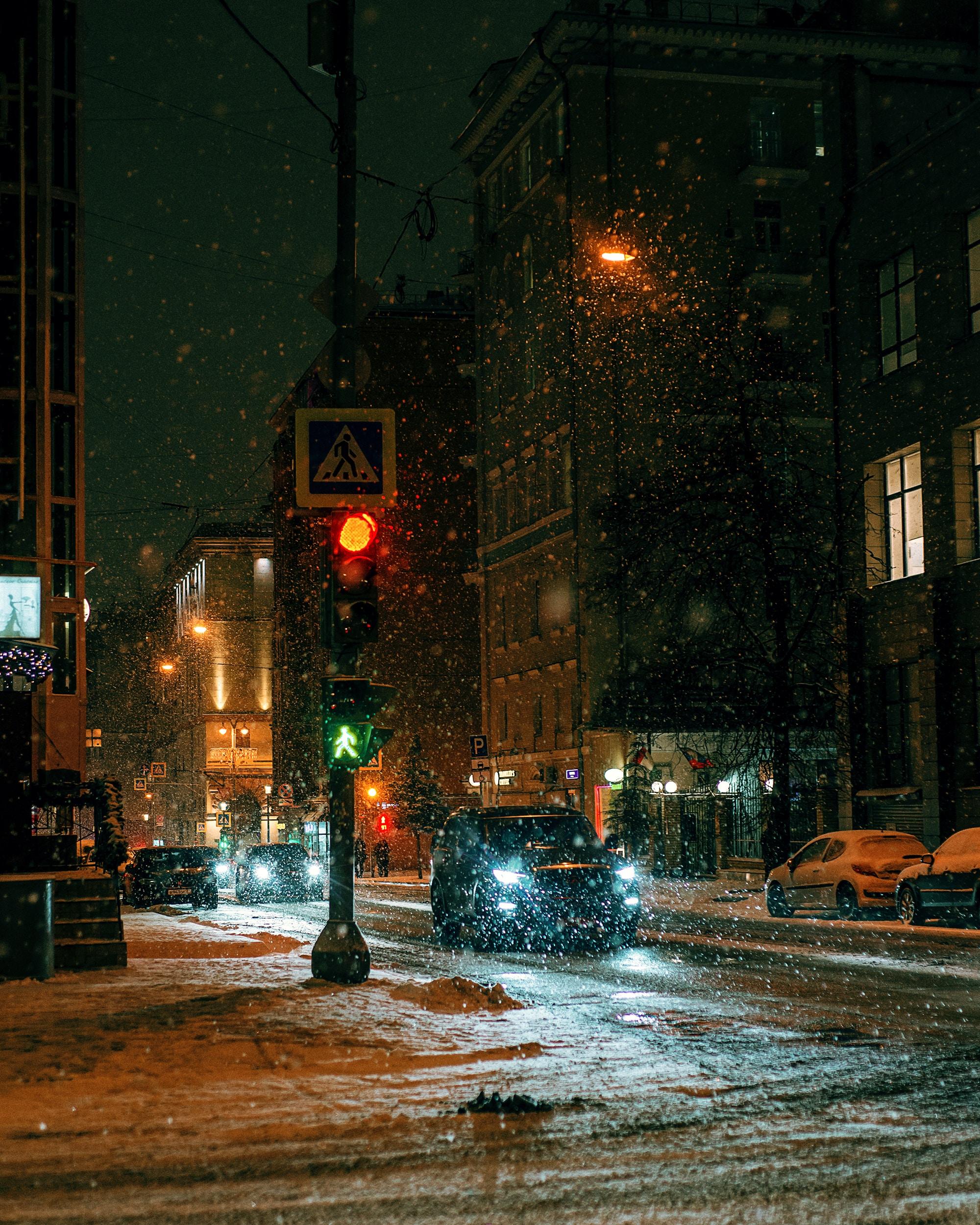 123641 скачать обои Город, Улица, Ночь, Снег, Города, Машины - заставки и картинки бесплатно