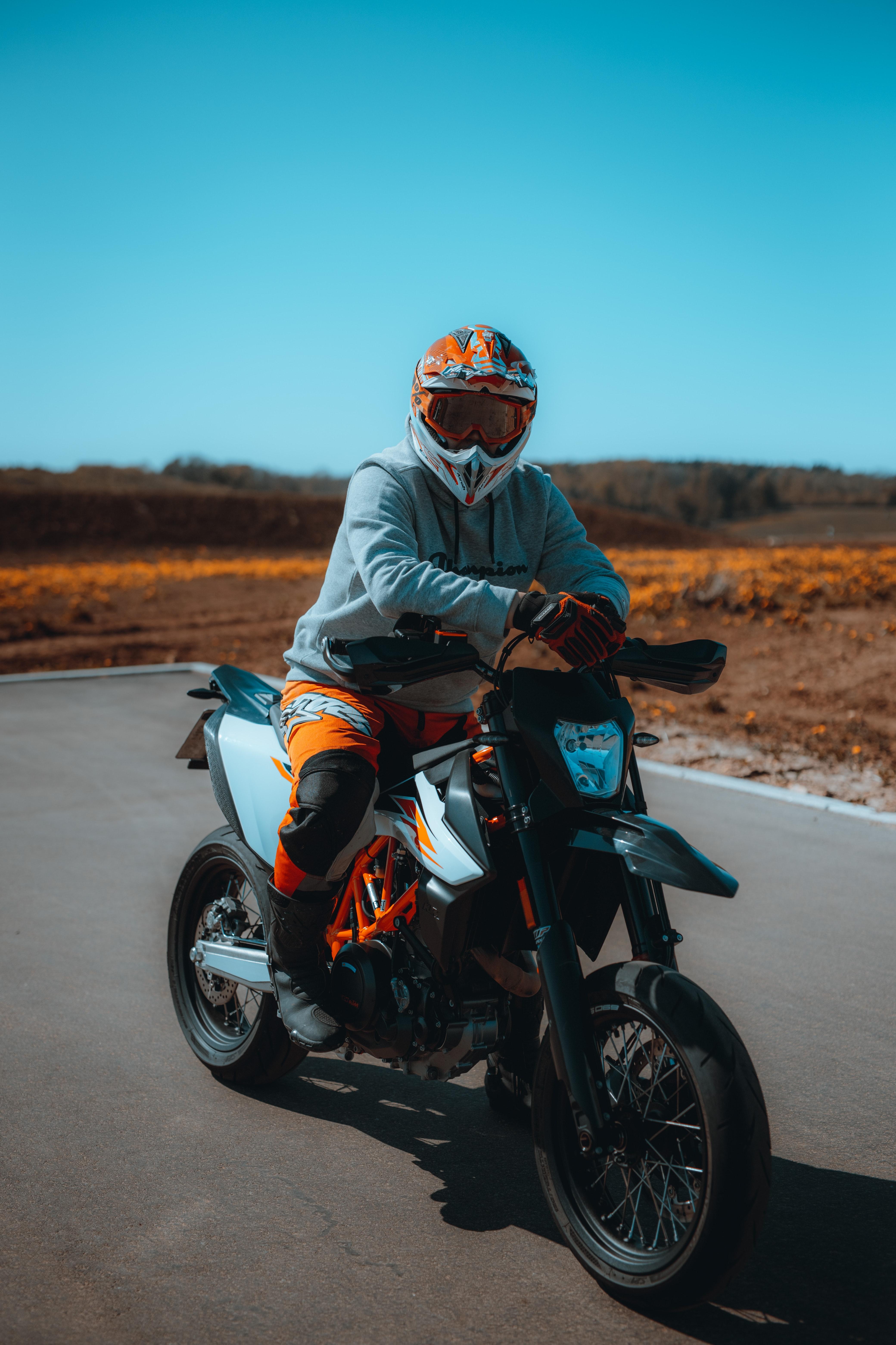 71414 скачать обои Мотоциклы, Мотоциклист, Мотоцикл, Шлем, Очки - заставки и картинки бесплатно