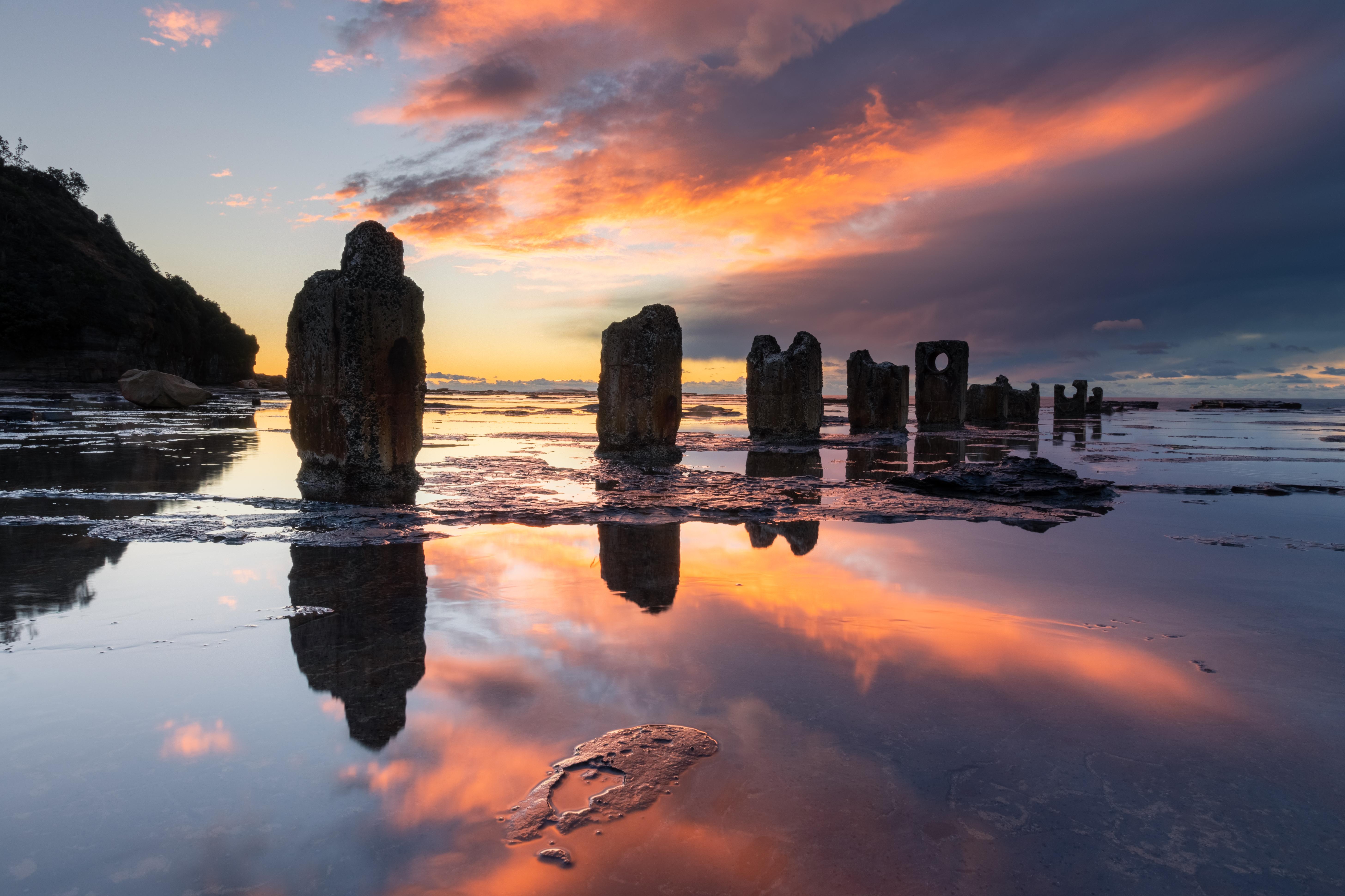 99448 Hintergrundbild herunterladen Wasser, Natur, Sunset, Stones, Reflexion, Säulen, Beiträge - Bildschirmschoner und Bilder kostenlos