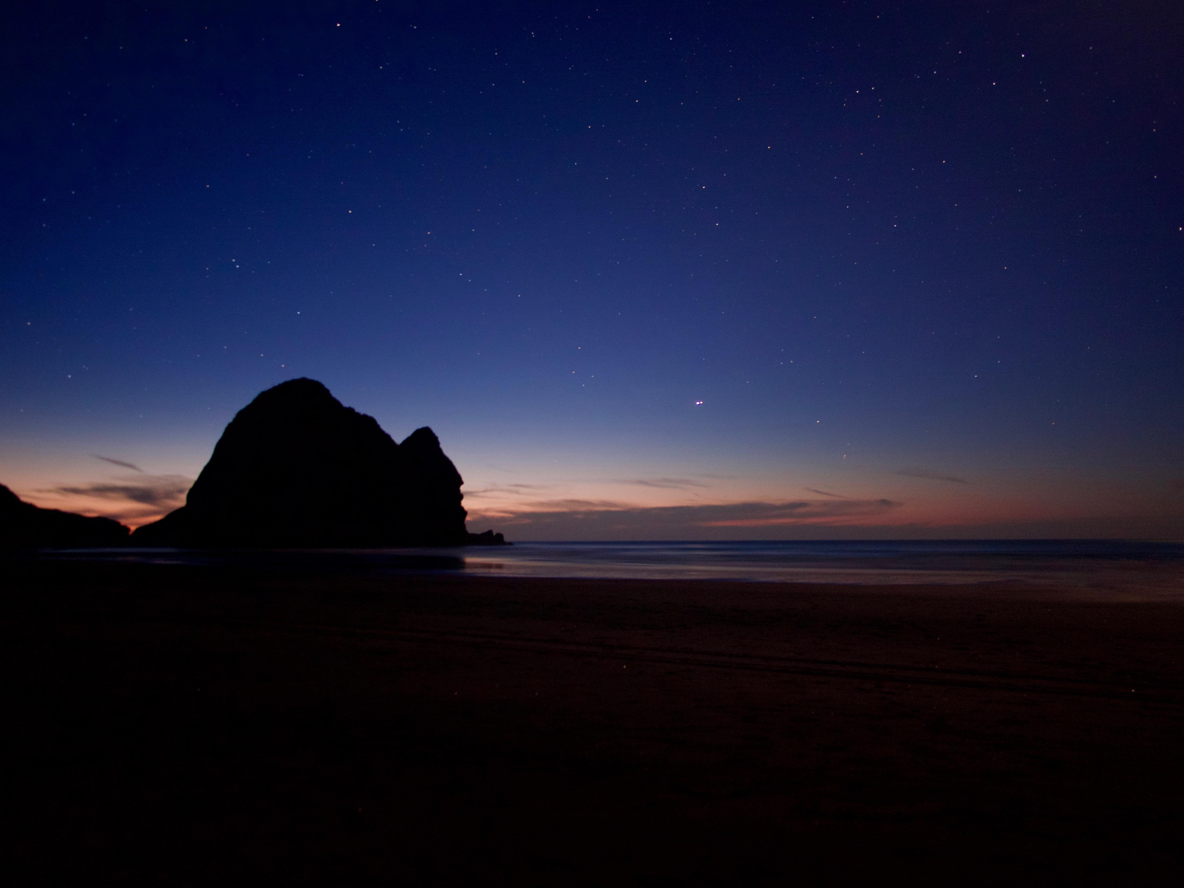 61932 обои 1080x2400 на телефон бесплатно, скачать картинки Темный, Ночь, Море, Темные, Пляж, Скала 1080x2400 на мобильный