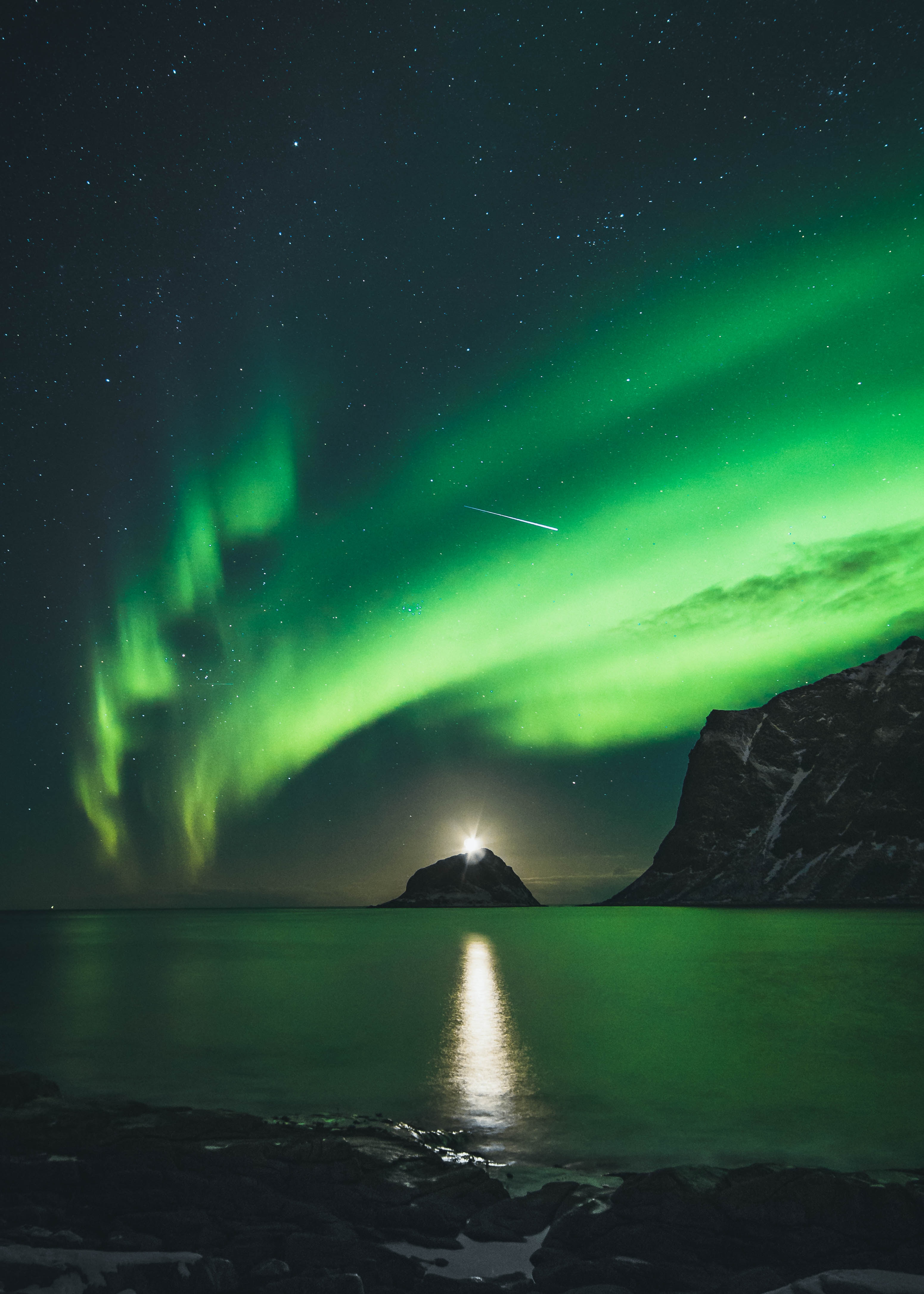127620 download wallpaper Night, Nature, Mountains, Shining, Lake, Northern Lights, Aurora Borealis, Aurora screensavers and pictures for free