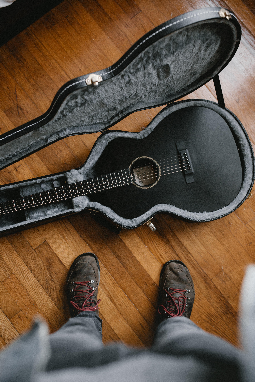 124536 Hintergrundbild herunterladen Verschiedenes, Sonstige, Gitarre, Musikinstrument, Stiefel, Schuhe - Bildschirmschoner und Bilder kostenlos