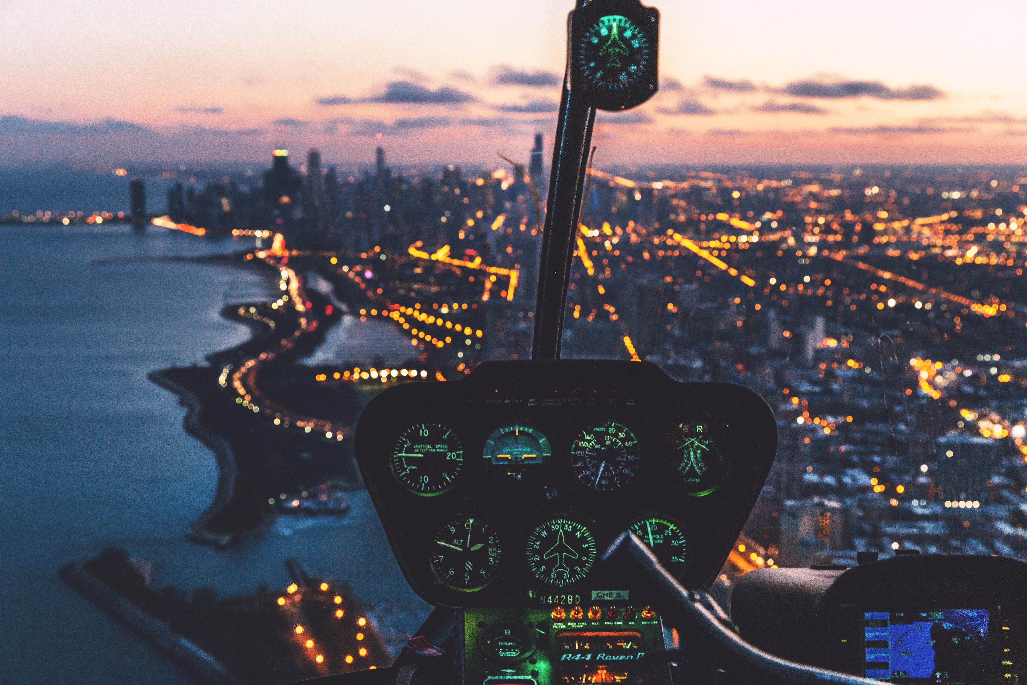 125645 Hintergrundbild herunterladen Hubschrauber, Blendung, Verschiedenes, Sonstige, Nächtliche Stadt, Night City, Schalttafel, Systemsteuerung, Pilot - Bildschirmschoner und Bilder kostenlos