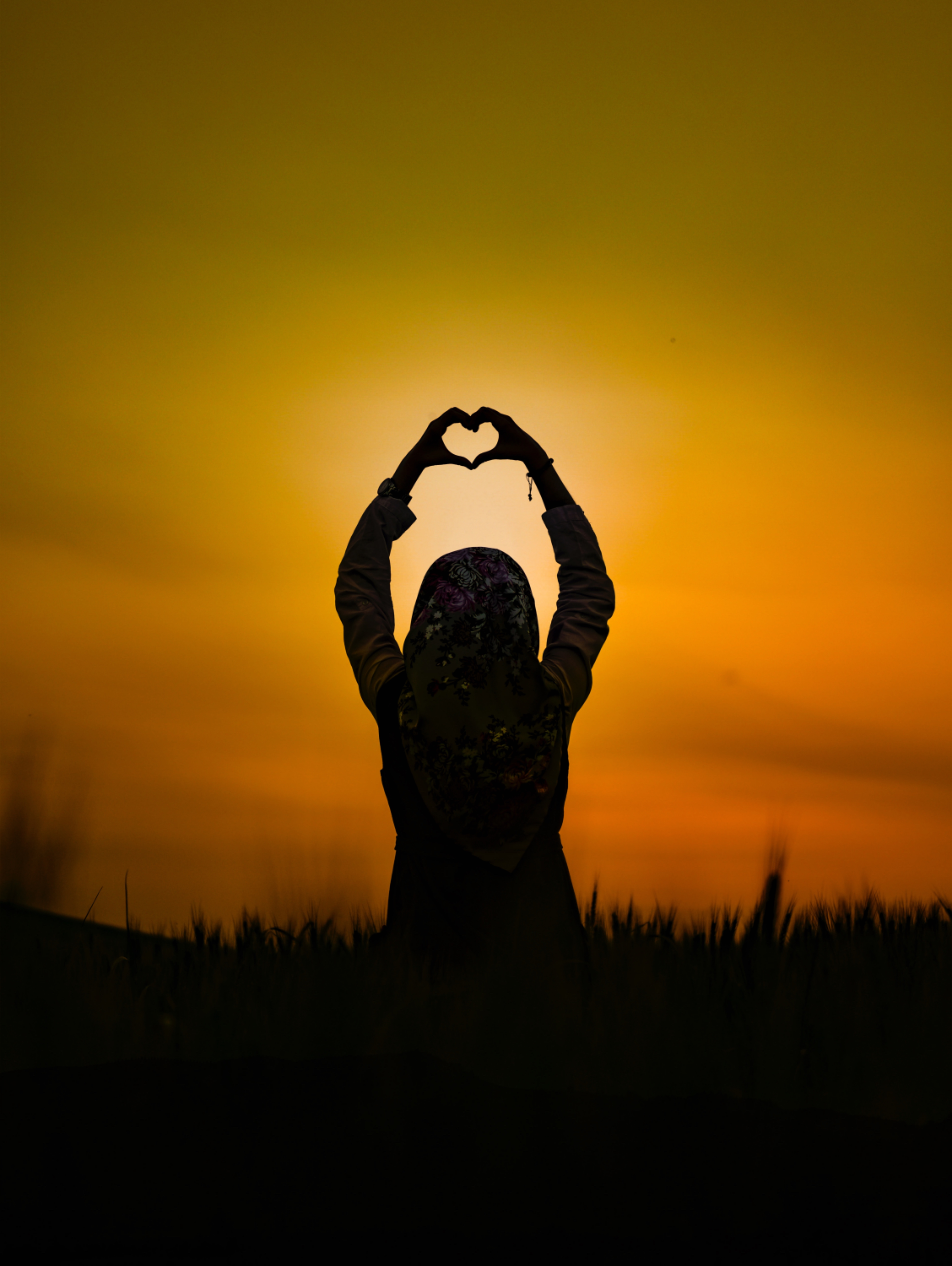 104044 download wallpaper Sunset, Love, Silhouette, Girl, Heart screensavers and pictures for free