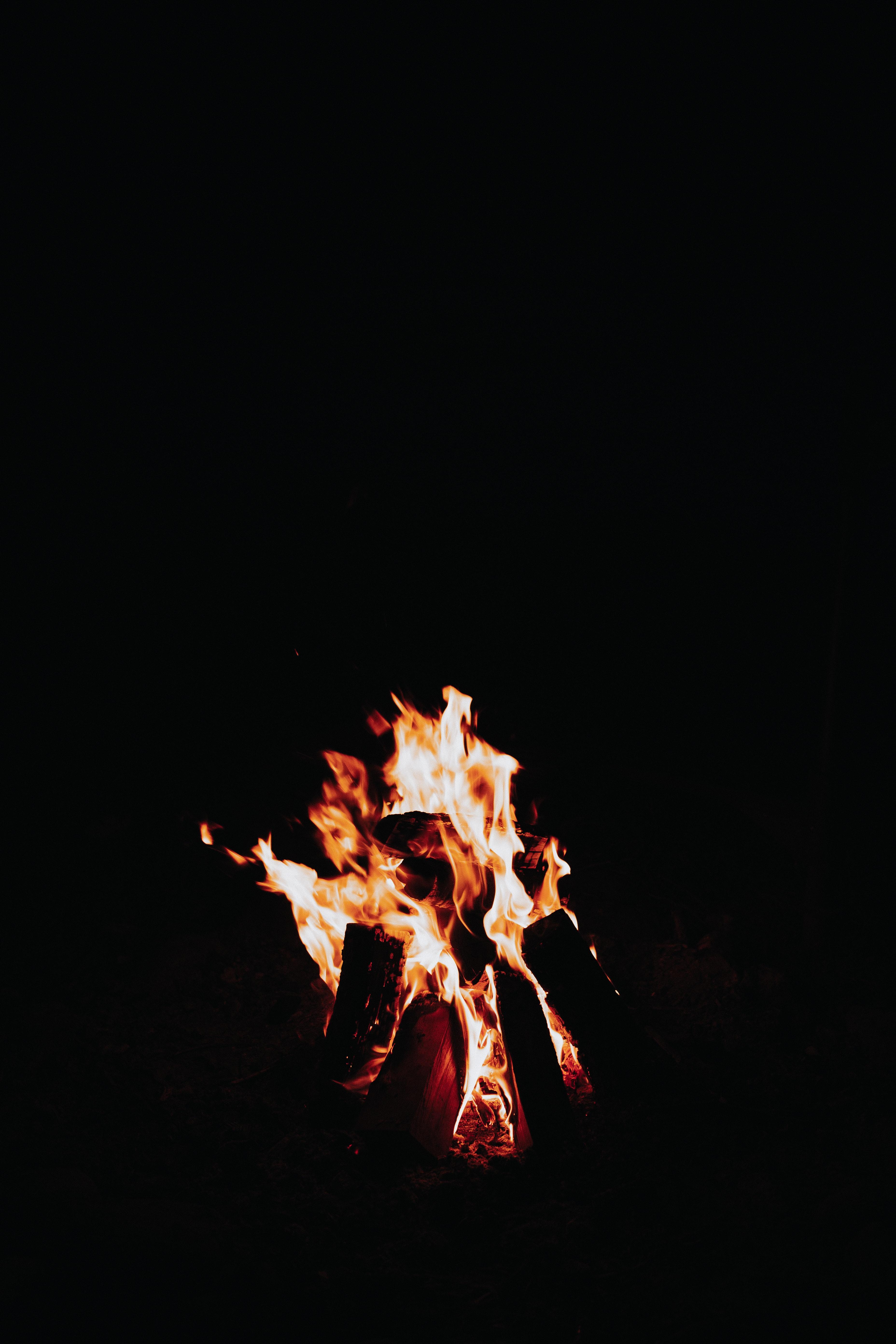 56057 免費下載壁紙 黑暗的, 黑暗, 火焰, 篝火, 火花, 火, 黑色的 屏保和圖片