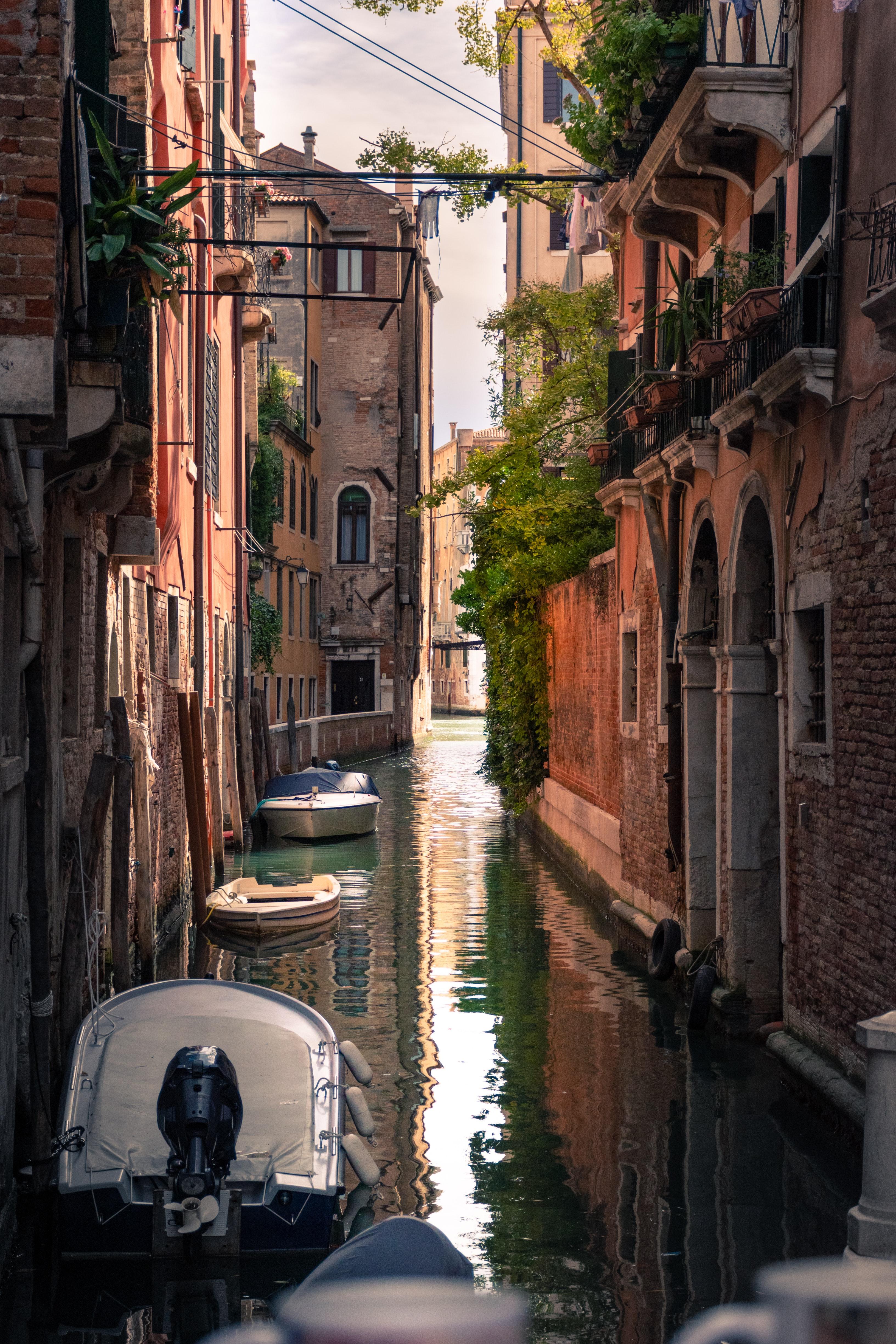 119762 скачать обои Архитектура, Фасад, Река, Города, Здания, Лодка - заставки и картинки бесплатно