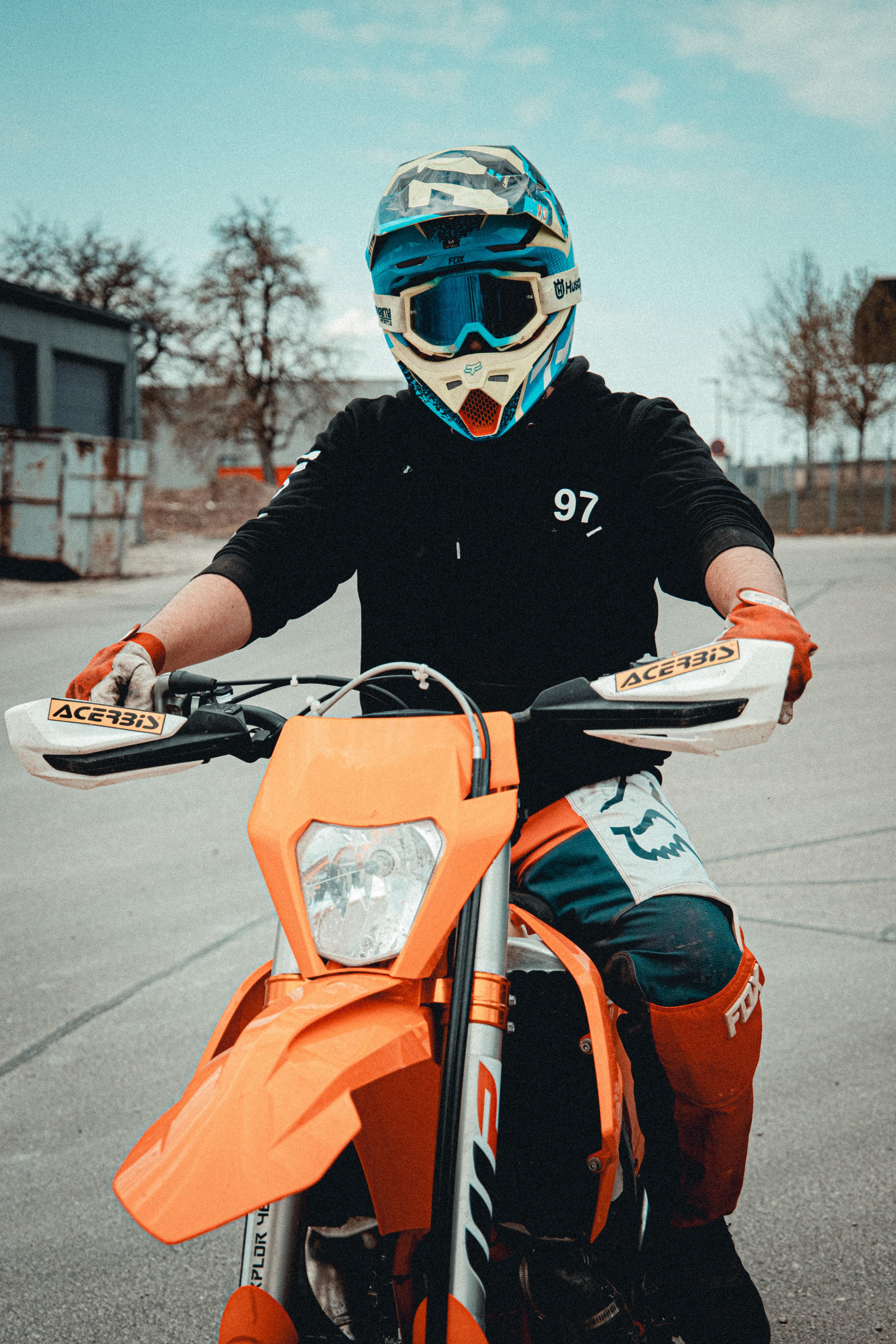 64159 скачать обои Мотоциклы, Мотоцикл, Мотоциклист, Шлем, Очки - заставки и картинки бесплатно