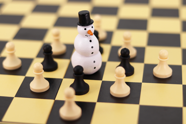 89356 Hintergrundbild herunterladen Chess, Schneemann, Verschiedenes, Sonstige, Form, Formen, Spiel, Das Spiel, Schachbrett, Bauern - Bildschirmschoner und Bilder kostenlos
