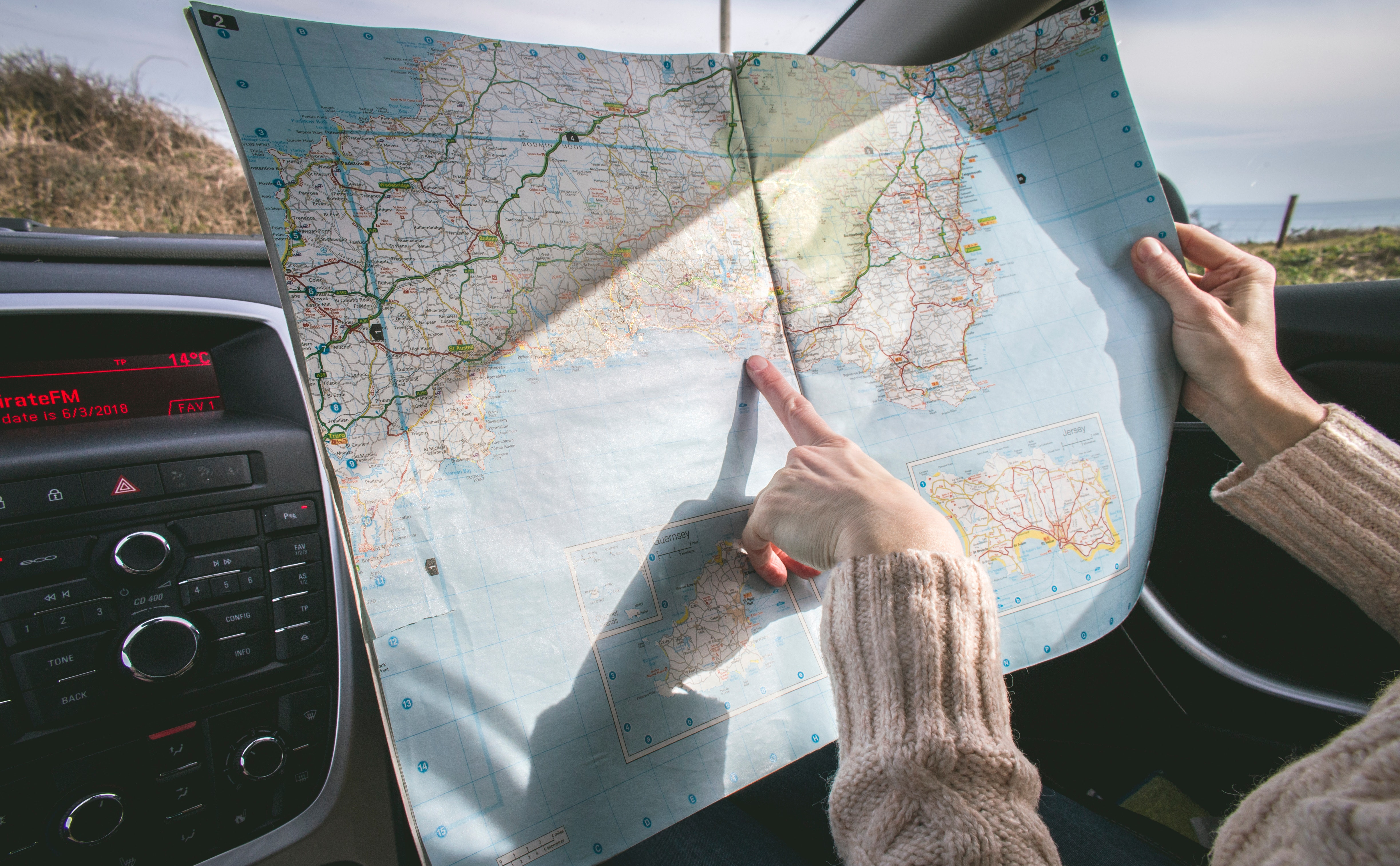 132125 download wallpaper Miscellanea, Miscellaneous, Journey, Hands, Map, Route screensavers and pictures for free