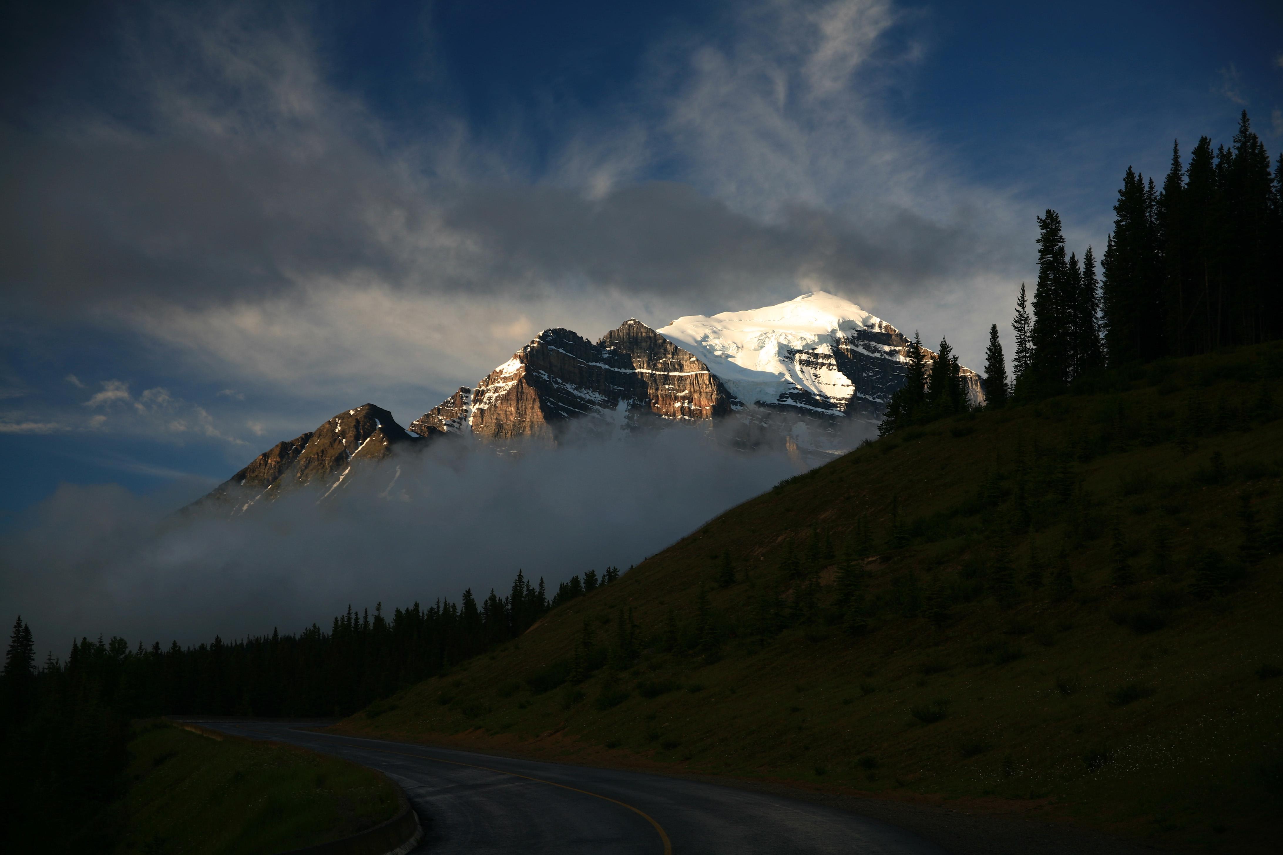 155796 скачать обои Дорога, Горы, Сумерки, Природа, Облака - заставки и картинки бесплатно