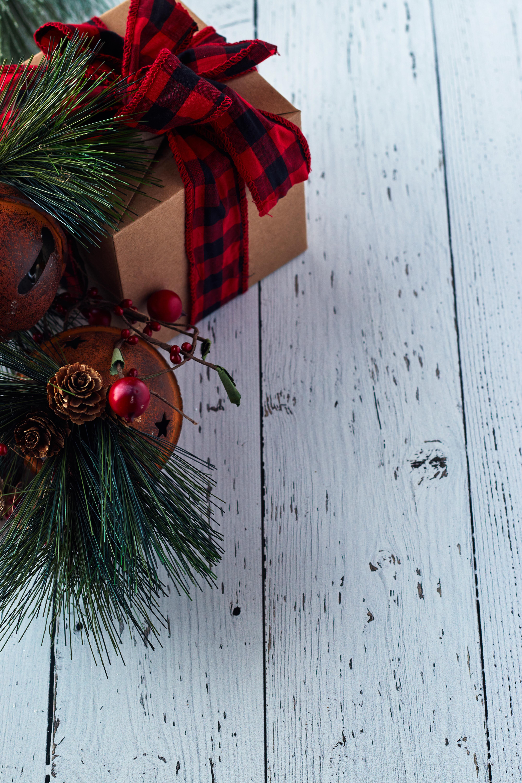 127515 Hintergrundbild herunterladen Feiertage, Cones, Nadeln, Neujahr, Dekoration, Weihnachten, Neues Jahr, Box, Vorhanden, Geschenk - Bildschirmschoner und Bilder kostenlos