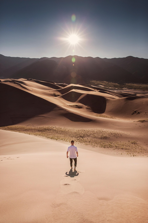 64540 Заставки и Обои Солнце на телефон. Скачать Солнце, Природа, Песок, Пустыня, Человек, Дюны картинки бесплатно