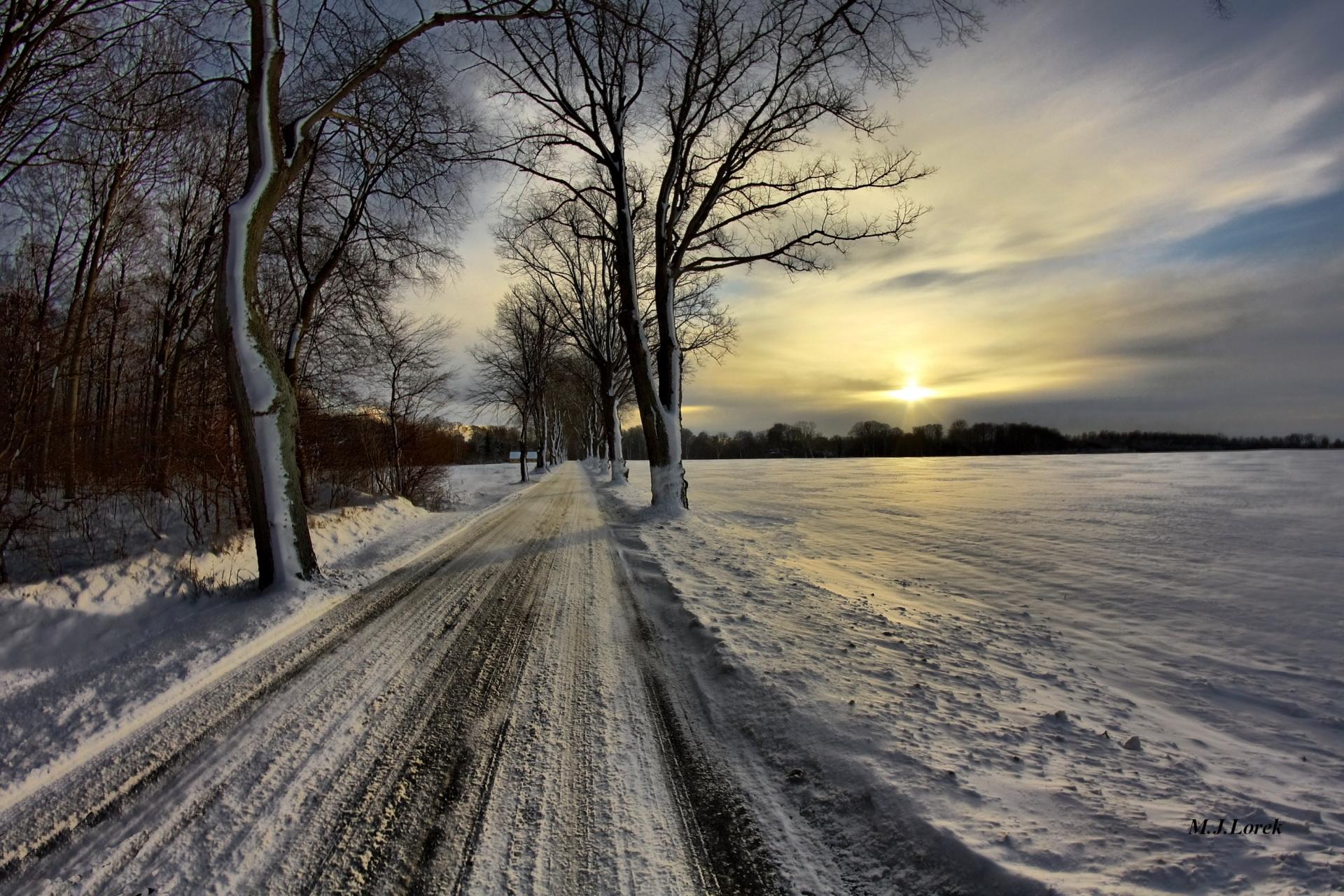92146 Hintergrundbild herunterladen Winterreifen, Natur, Sky, Sun, Schnee, Straße, Gasse, Wolken, Nast, Präsent, Treten, Beschützer - Bildschirmschoner und Bilder kostenlos