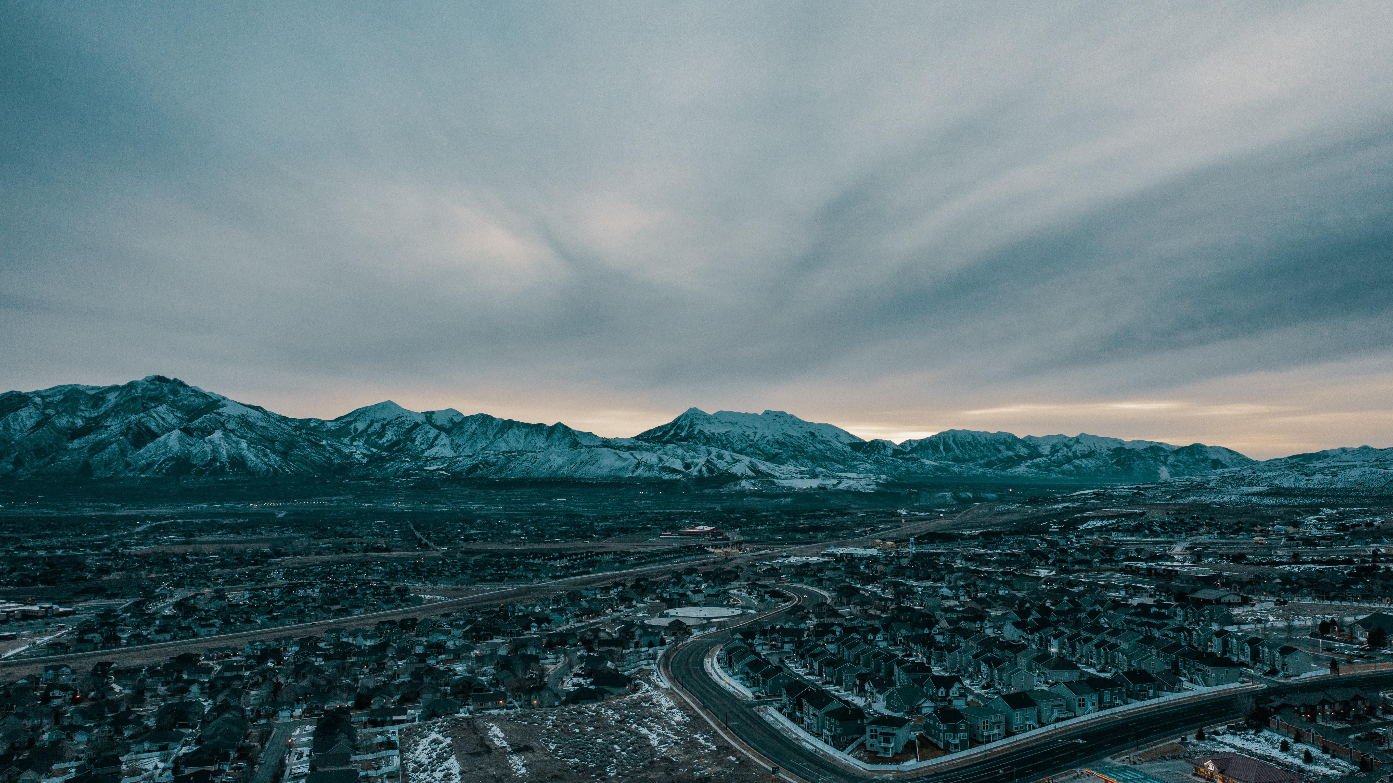 51198 免費下載壁紙 性质, 从上面看, 顶视图, 村庄, 雪覆盖, 白雪覆盖, 天空, 山 屏保和圖片